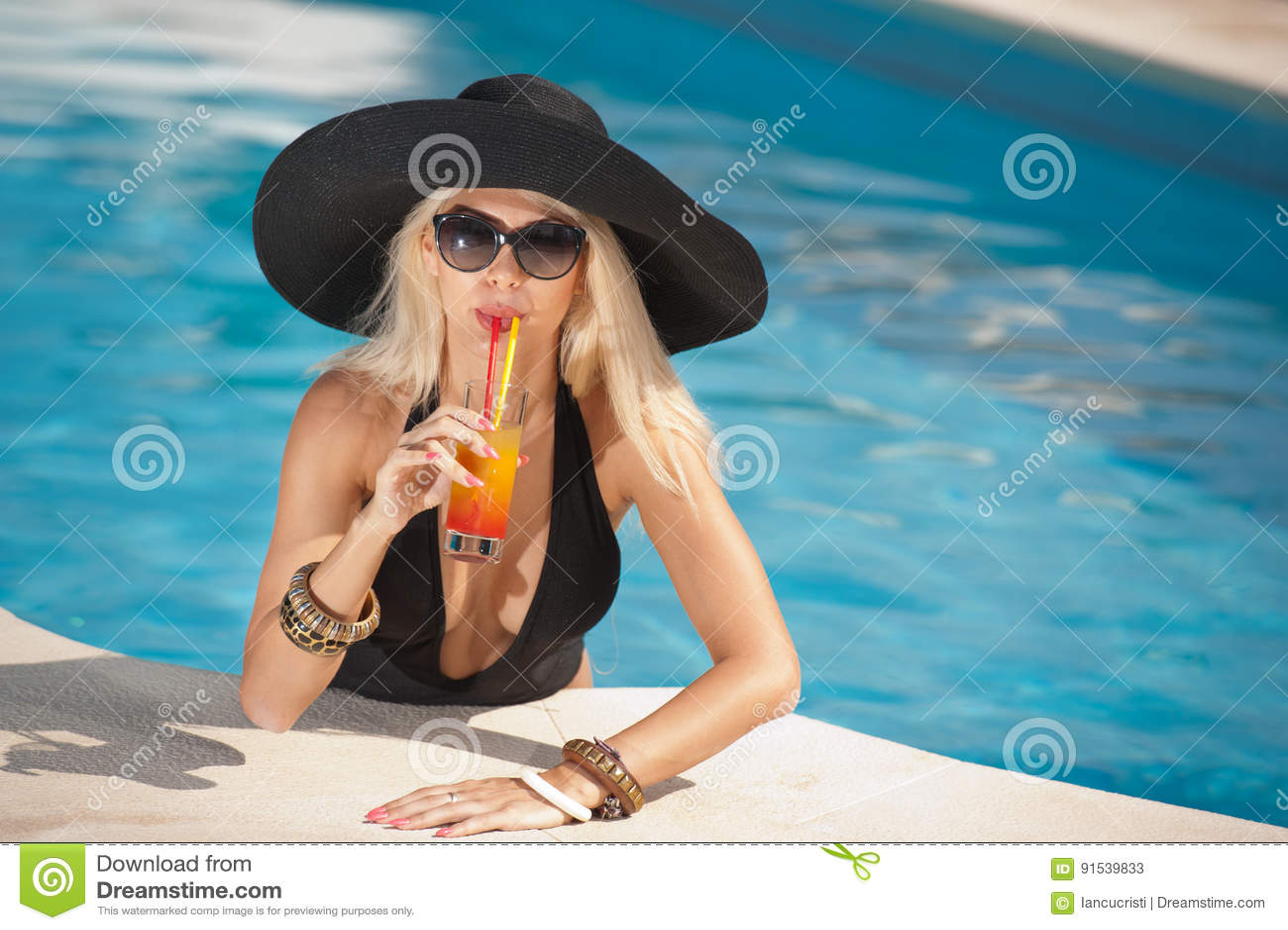 c8d921828e3 Όμορφος αισθησιακός ξανθός με τα μοντέρνα γυαλιά ηλίου που ...
