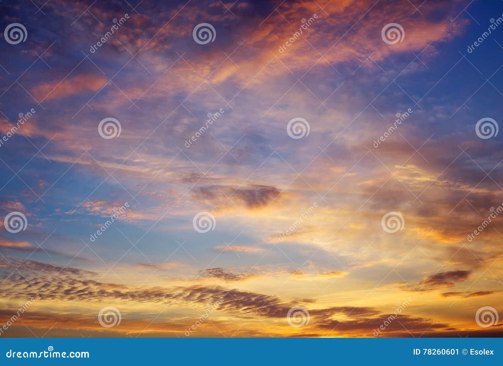 Όμορφος βαθύς ζωηρόχρωμος ουρανός με τα σύννεφα στο ηλιοβασίλεμα