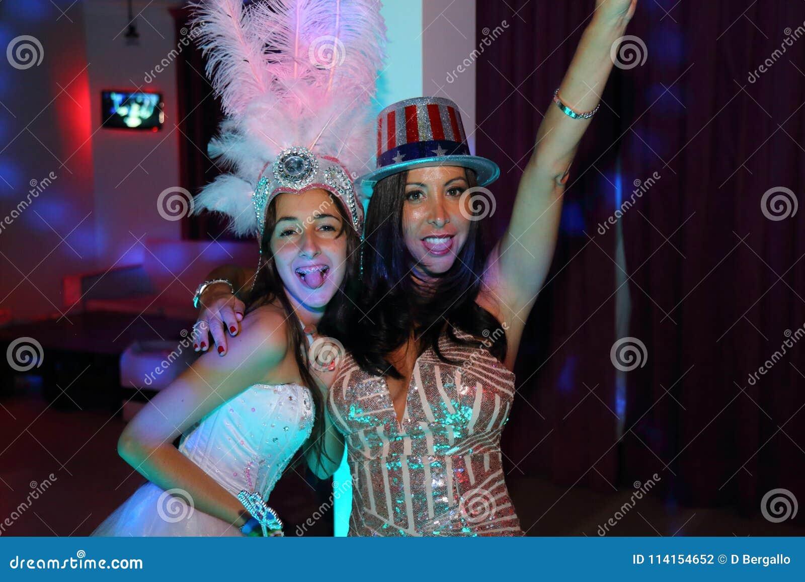 Όμορφος εορτασμός κοριτσιών γενεθλίων quinceanera εφήβων στο ρόδινο κόμμα φορεμάτων πριγκηπισσών, ειδικός εορτασμός του κοριτσιού
