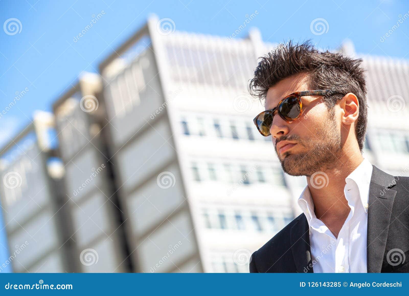 21c6d04c137c Όμορφος επιχειρηματίας με τα γυαλιά ηλίου Στοκ Εικόνα - εικόνα από ...