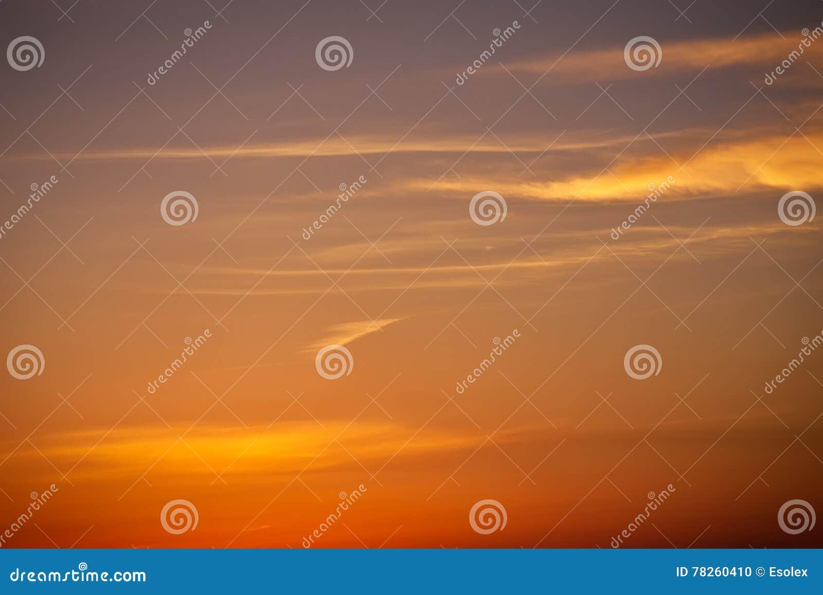 Όμορφος ζωηρόχρωμος ουρανός ηλιοβασιλέματος