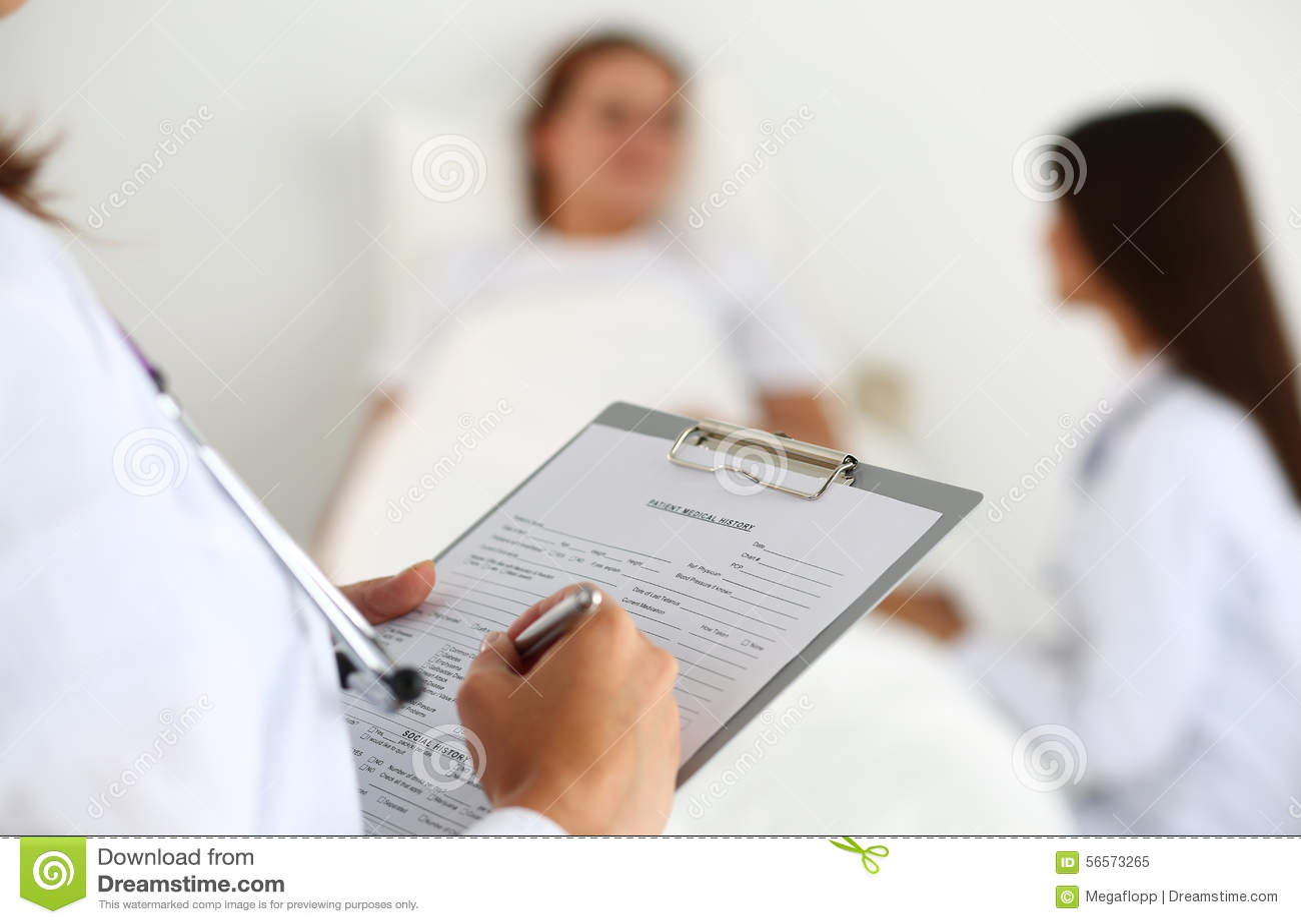 Download Όμορφος θηλυκός γιατρός ιατρικής που φαίνεται κεκλεισμένων των θυρών Στοκ Εικόνα - εικόνα από εγγράφων, έννοια: 56573265