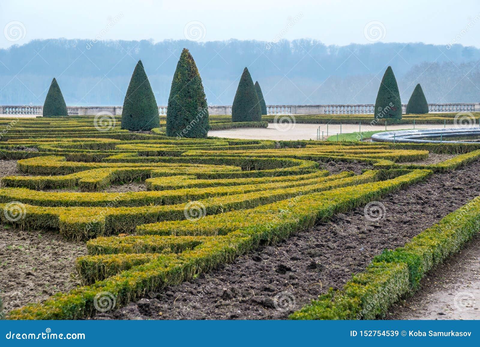 Όμορφος κήπος σε ένα διάσημο παλάτι του πύργου de Βερσαλλίες, Γαλλία των Βερσαλλιών