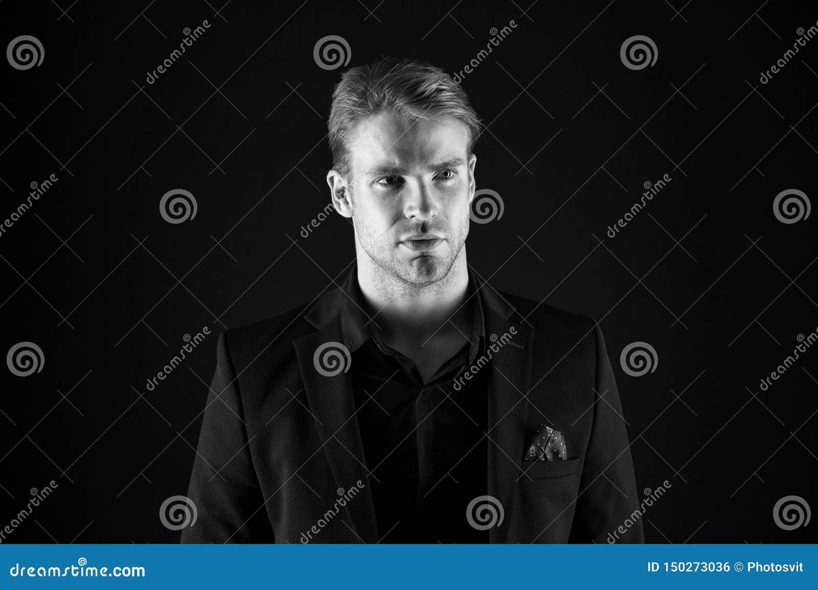 Όμορφος καλά καλλωπισμένος φαλλοκράτης ατόμων στο μαύρο υπόβαθρο Αίσθημα βέβαιος Αρσενικοί ομορφιά και ανδροπρέπεια Τύπος ελκυστι
