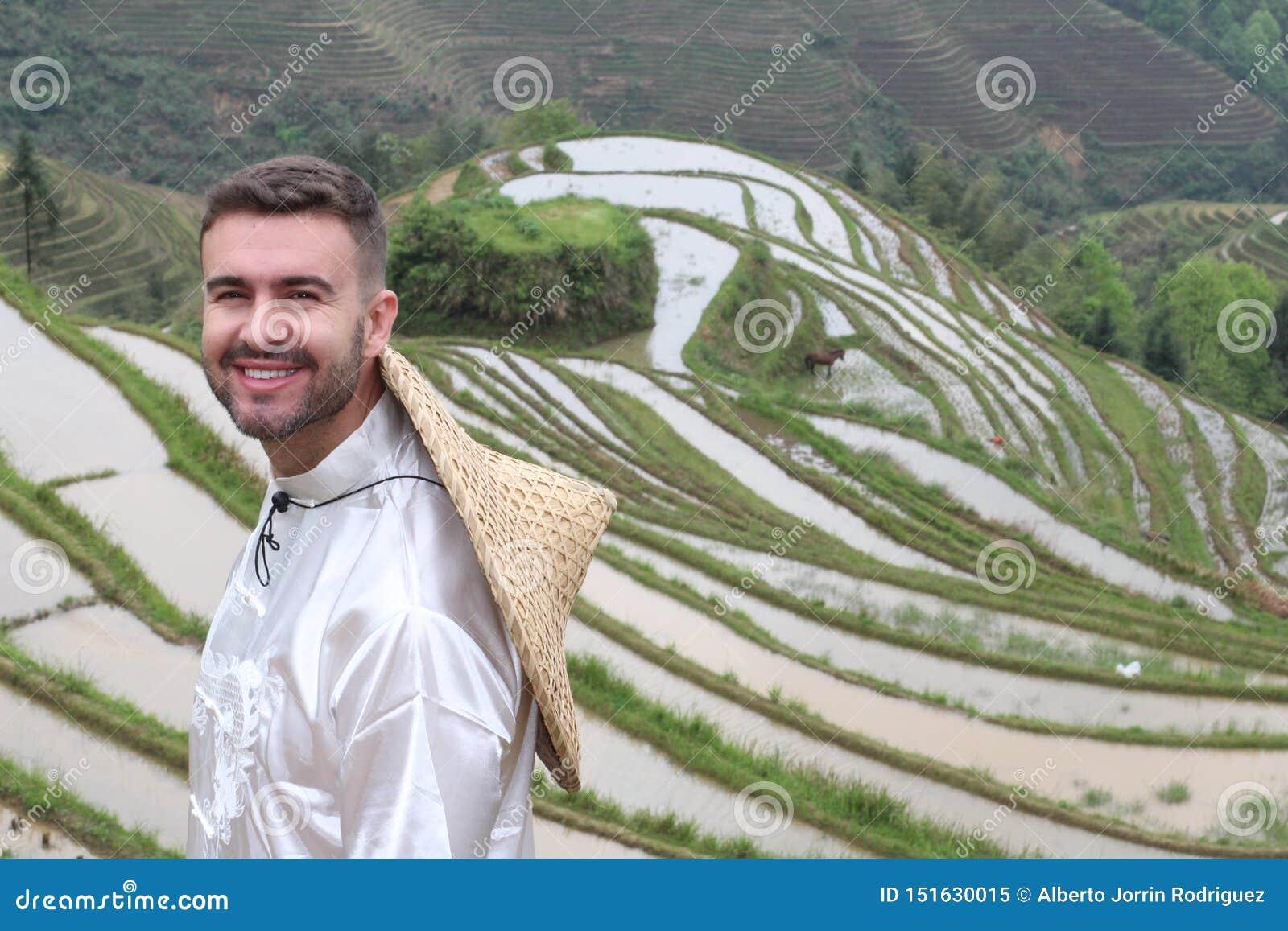 Όμορφος καυκάσιος τουρίστας στα ασιατικά πεζούλια ρυζιού