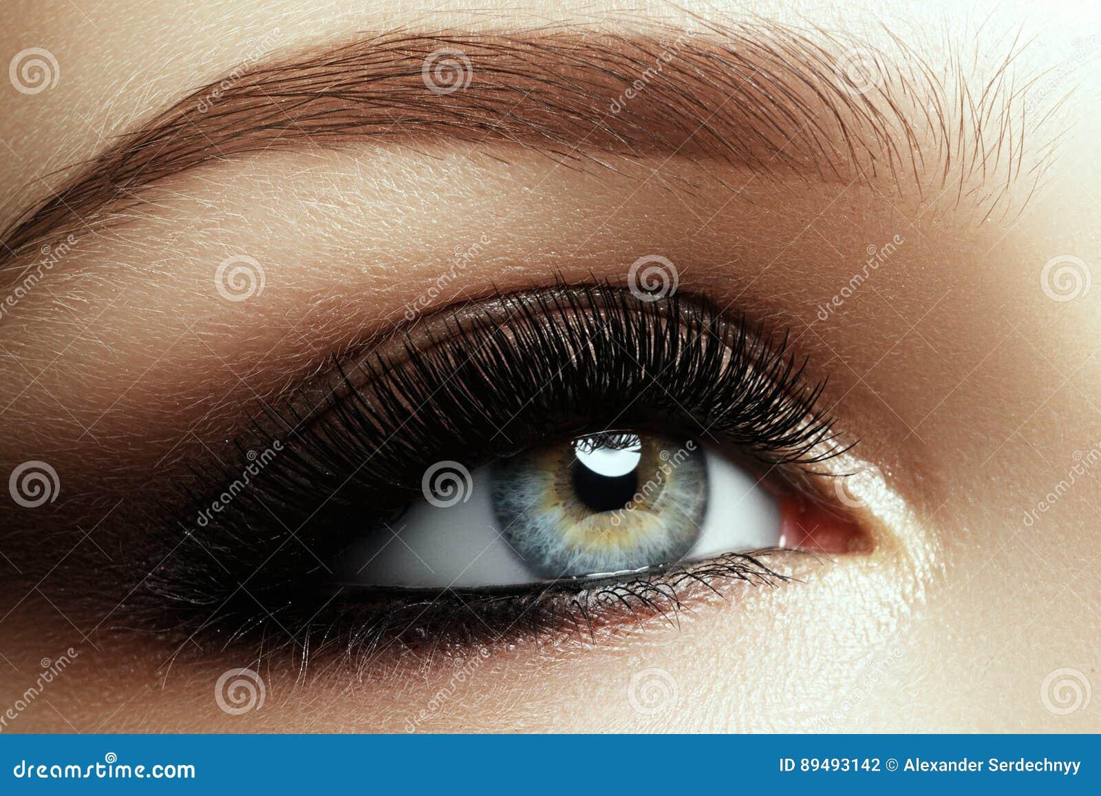 Όμορφος μακρο πυροβολισμός του θηλυκού ματιού με τα ακραία μακροχρόνια eyelashes