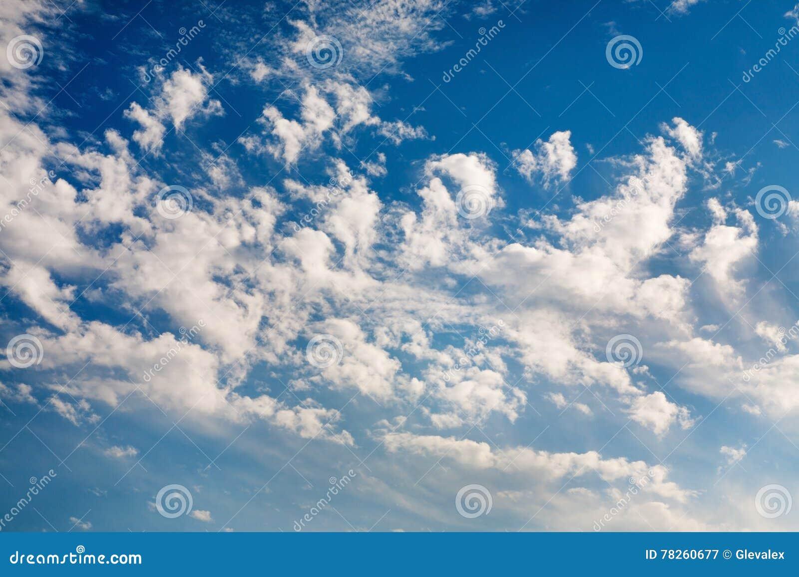 Όμορφος μπλε ουρανός με τα σύννεφα
