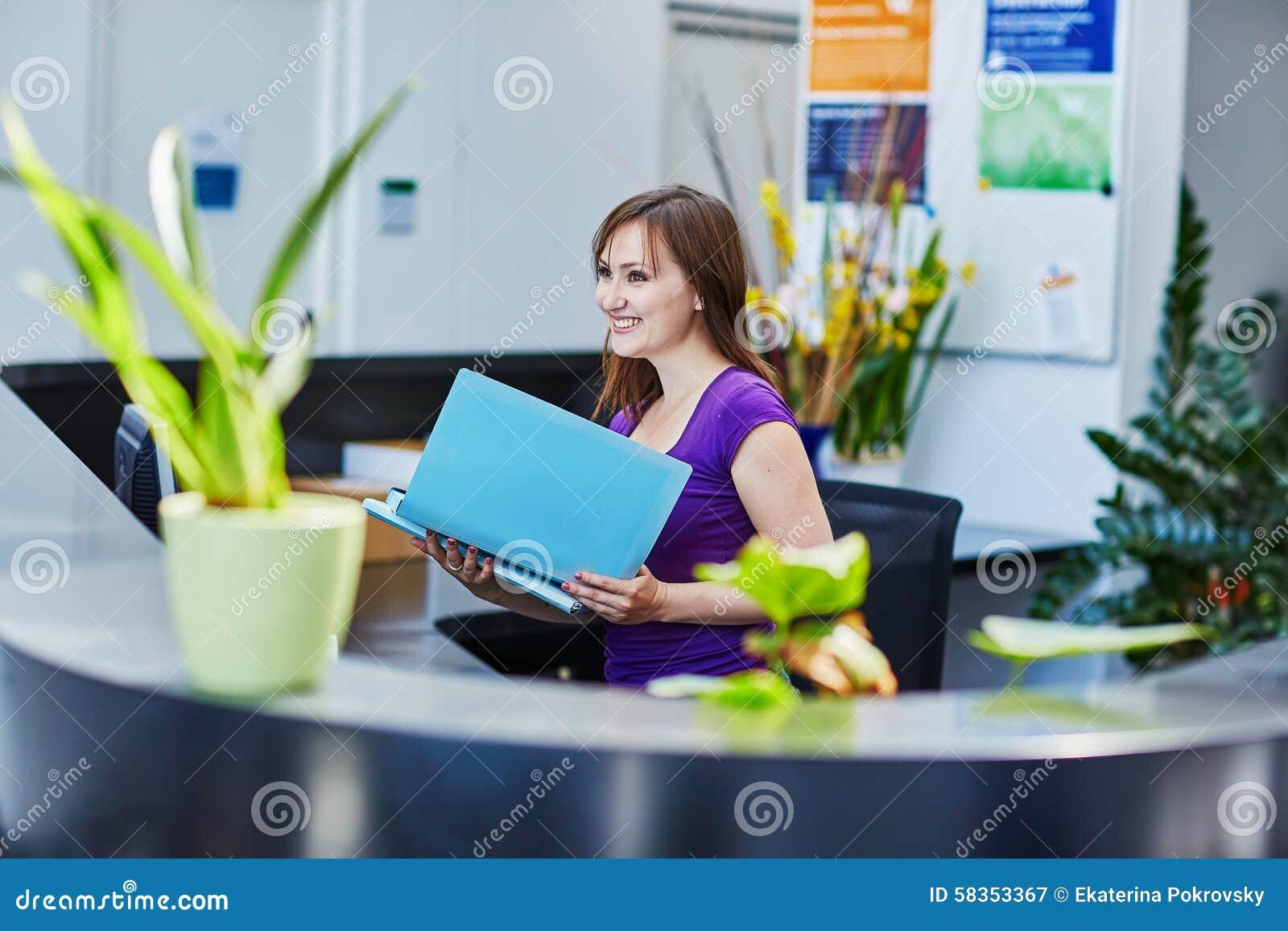 Όμορφος νέος ρεσεψιονίστ στην εργασία