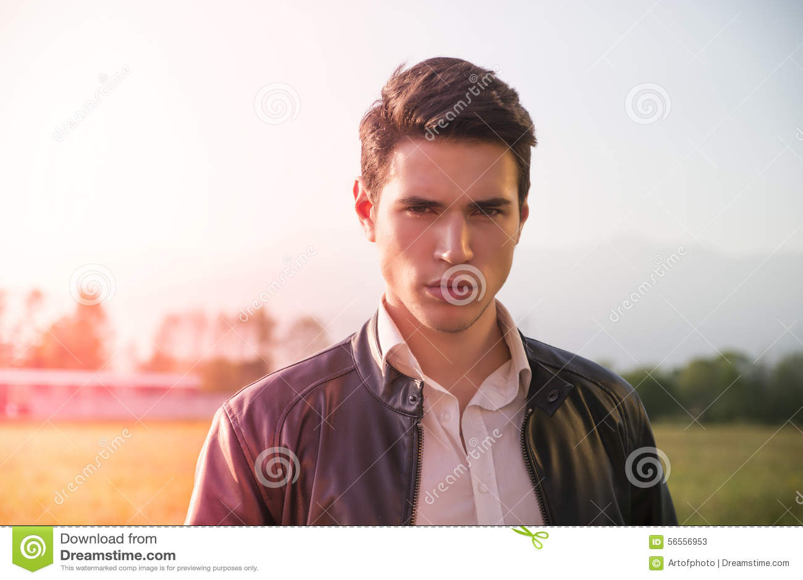 Download Όμορφος νεαρός άνδρας στην επαρχία, μπροστά από Στοκ Εικόνα - εικόνα από τρίχωμα, μοιχαλίδα: 56556953