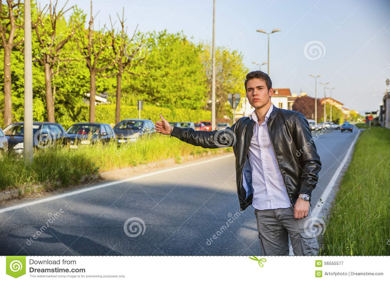 Download Όμορφος νεαρός άνδρας, Hitchhiker που περιμένει στην άκρη του δρόμου Στοκ Εικόνα - εικόνα από οδοιπόρος, πεζοπορία: 56555577