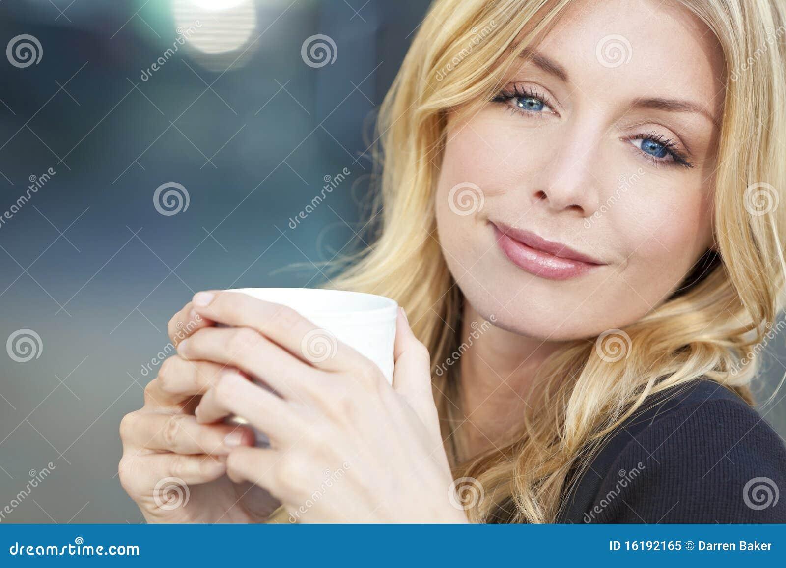 Όμορφος ξανθός καφές κατανάλωσης γυναικών
