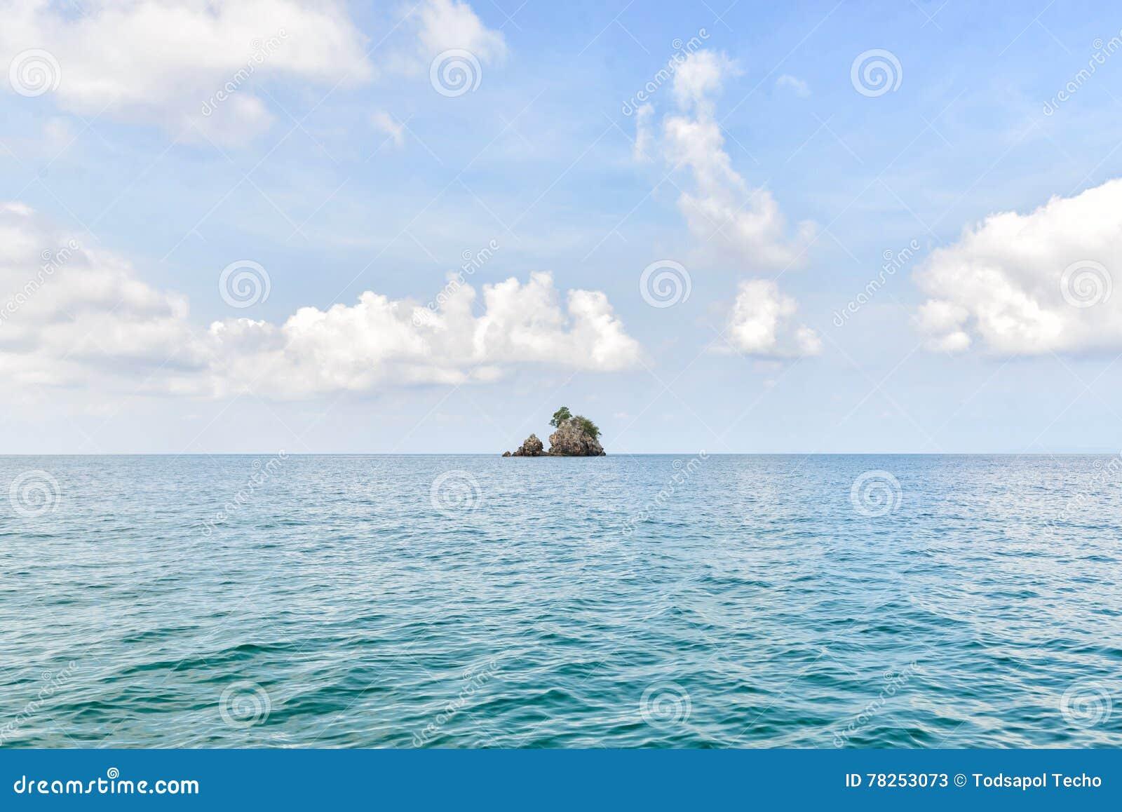 Όμορφος ουρανός και συμπαθητική θάλασσα με το ενιαίο νησί