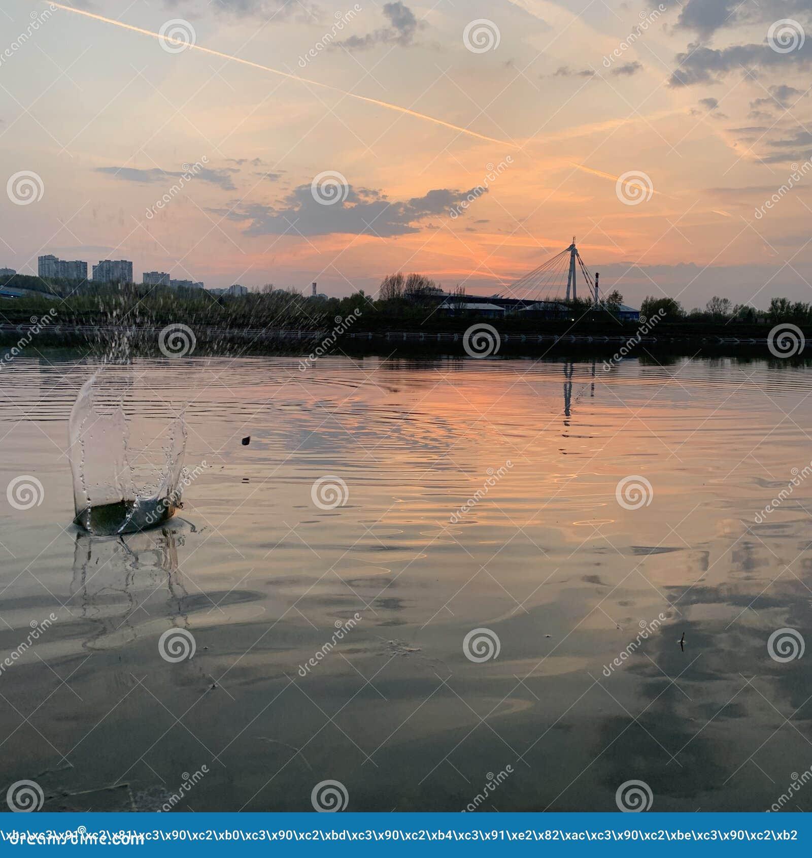 Όμορφος παφλασμός του νερού στο ηλιοβασίλεμα