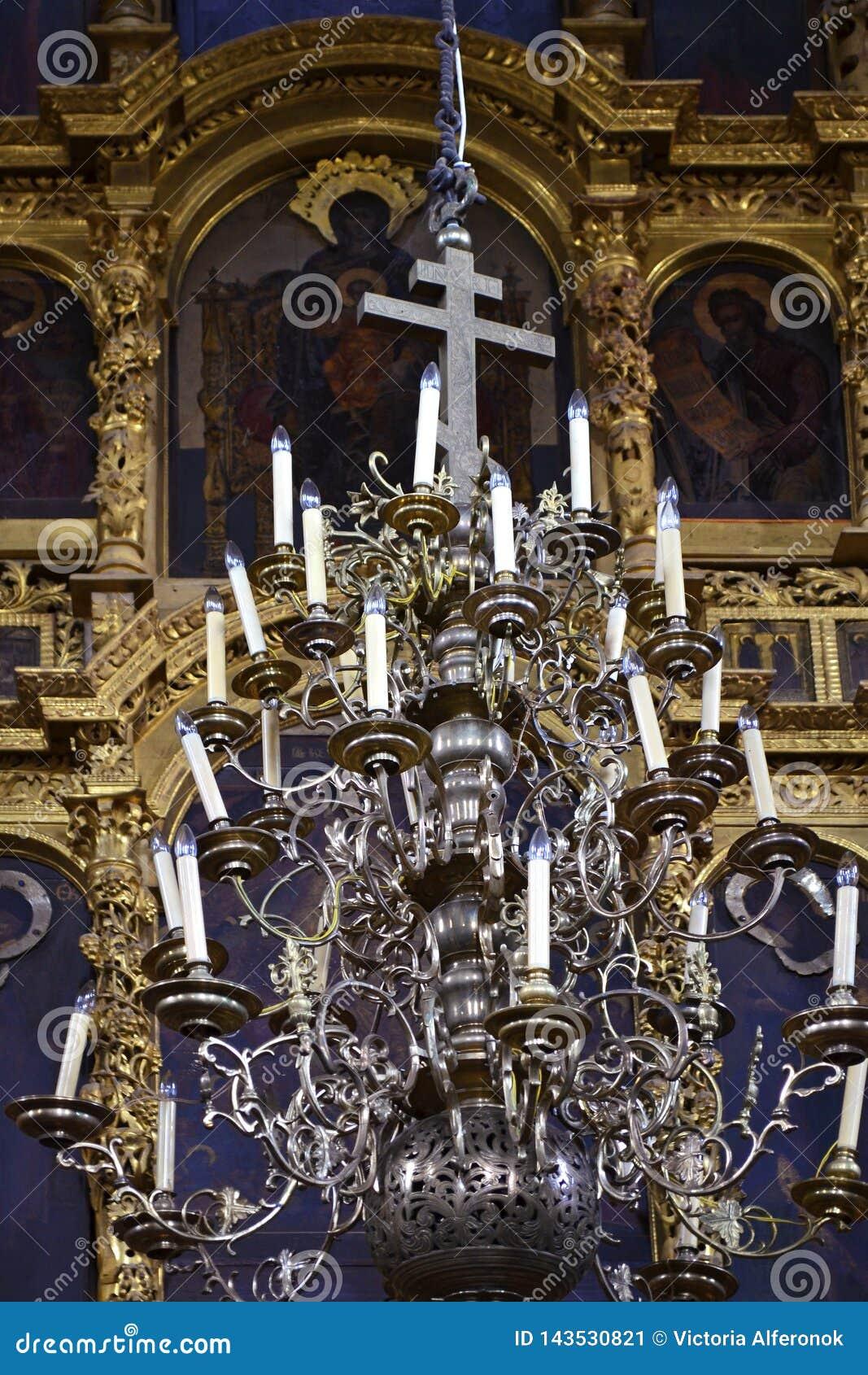Όμορφος πολυέλαιος στη Ορθόδοξη Εκκλησία