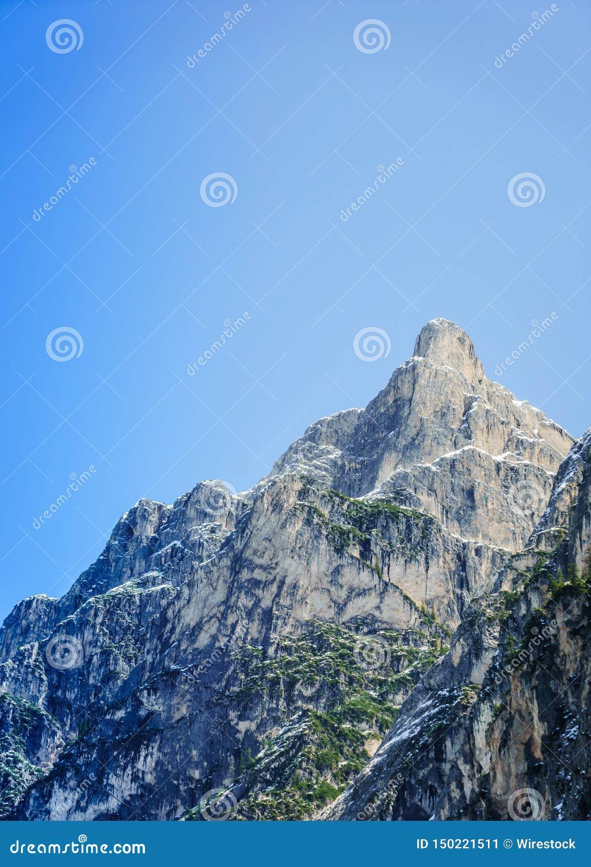 Όμορφος πυροβολισμός ενός μεγάλου δύσκολου βουνού με το σαφή μπλε ουρανό