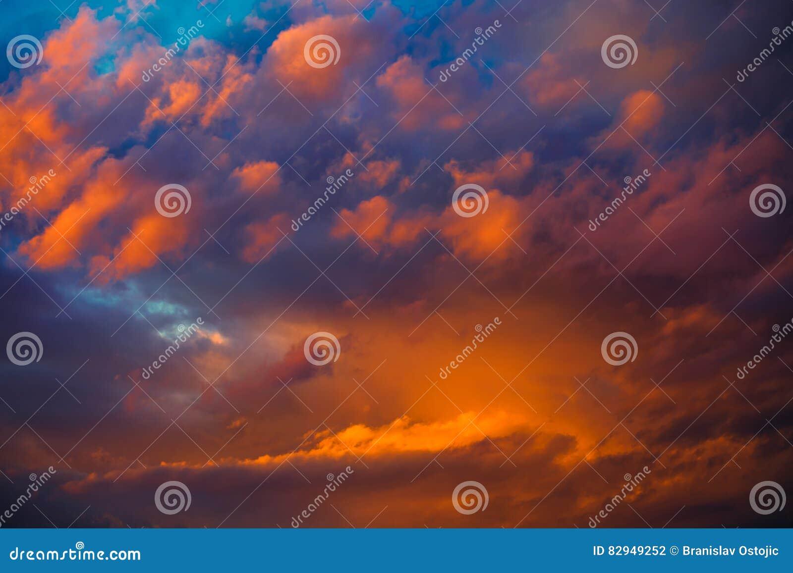 Όμορφος δραματικός χειμώνας cloudscape