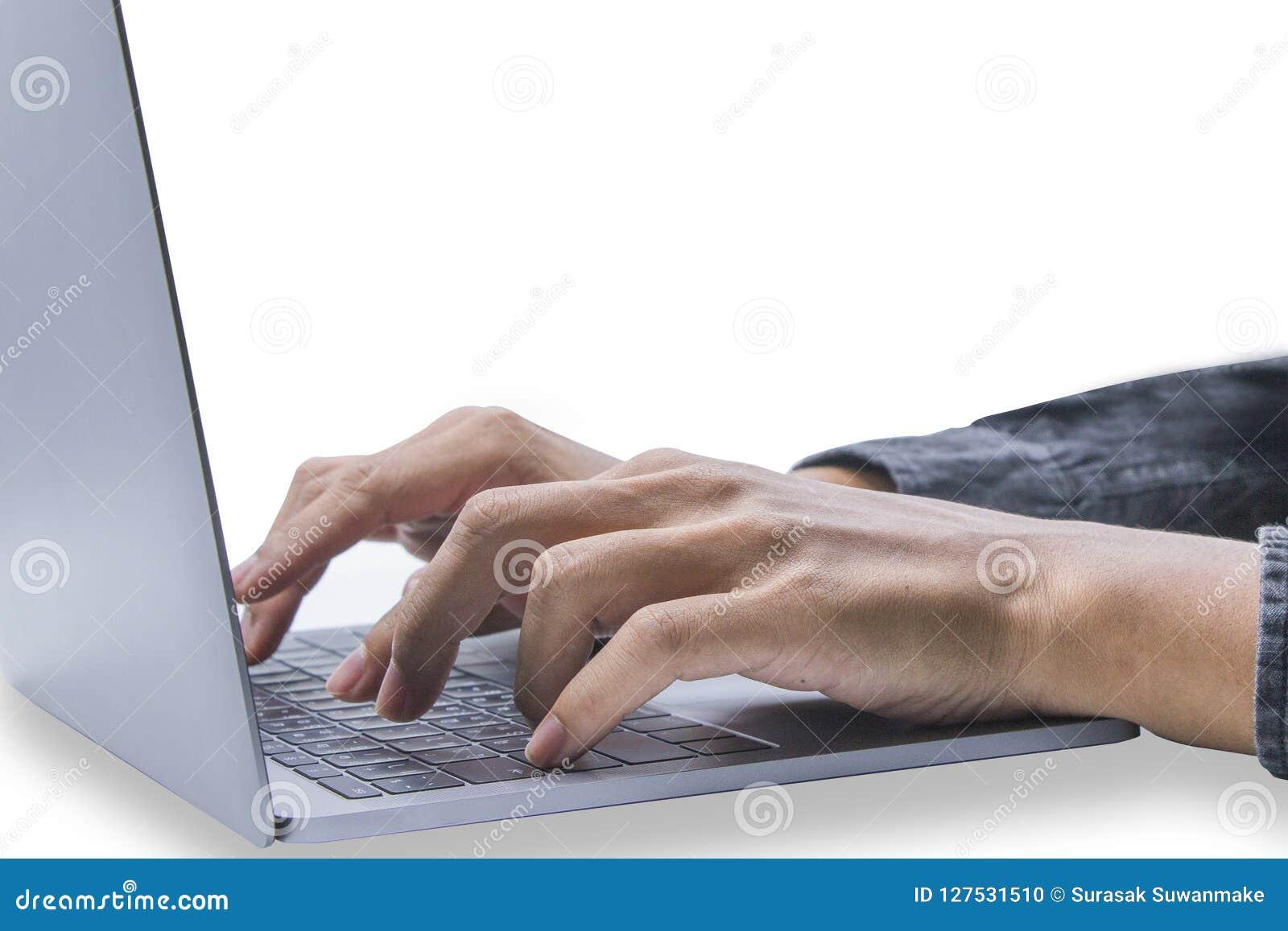 Όμορφος υπολογιστής παιχνιδιού νεαρών άνδρων Ή εκτύπωση οικονομική και επιχειρησιακές πληροφορίες Σε ένα άσπρο σκηνικό