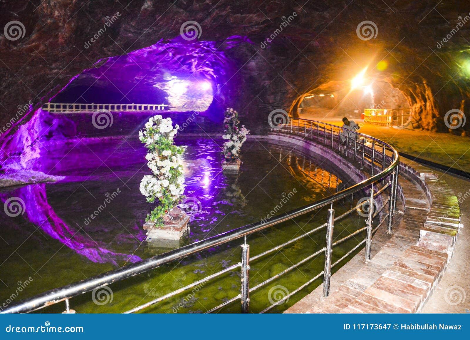 Όμορφος φωτισμός μέσα στο ορυχείο Khewra