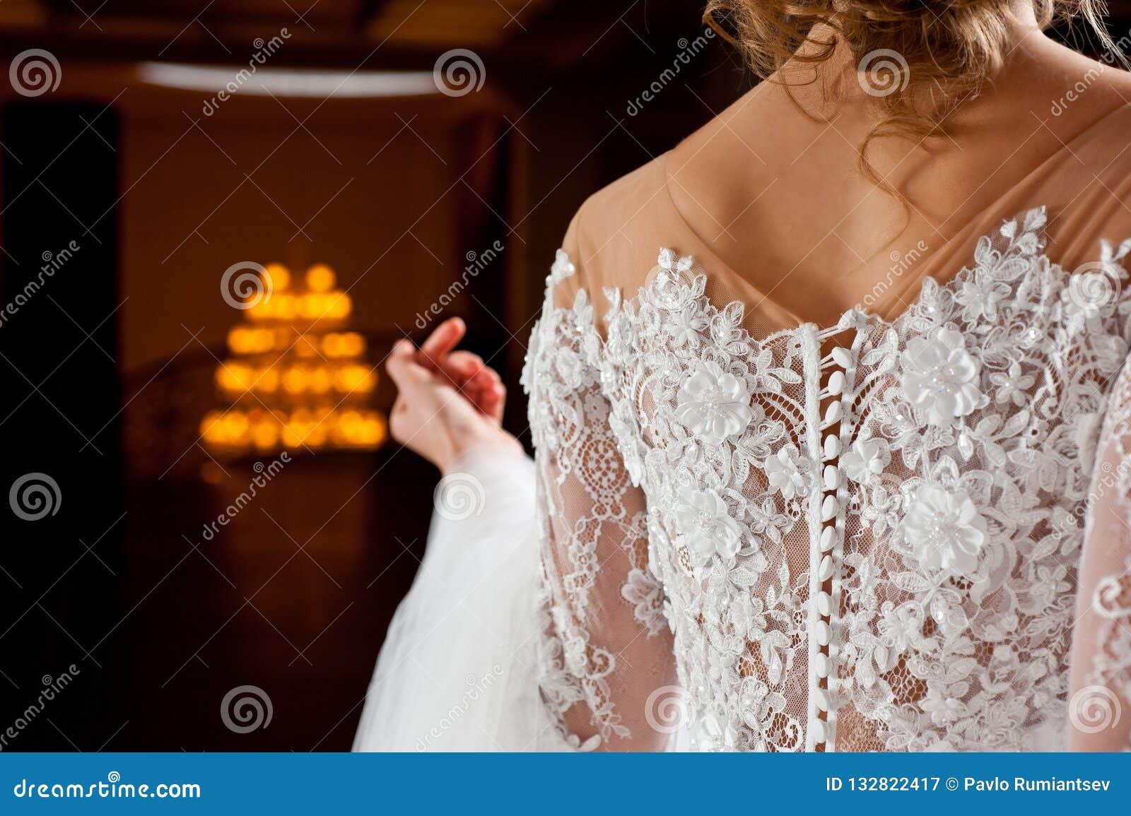 Όμορφο άσπρο γαμήλιο φόρεμα με τον πυροβολισμό κινηματογραφήσεων σε πρώτο πλάνο κεντητικής