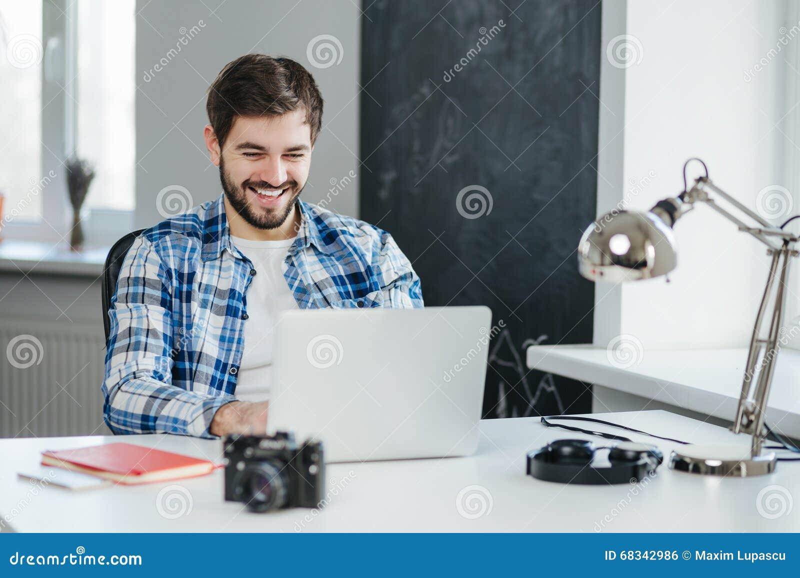 Όμορφο άτομο που έχει μια τηλεοπτική συνομιλία στο lap-top