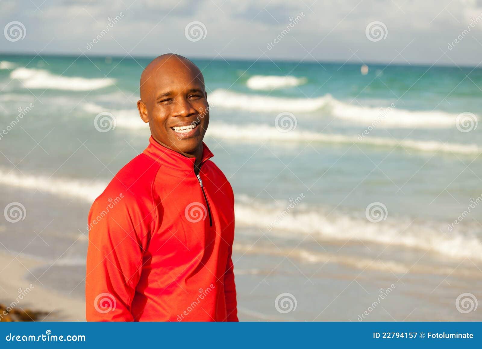 Όμορφο άτομο στην παραλία