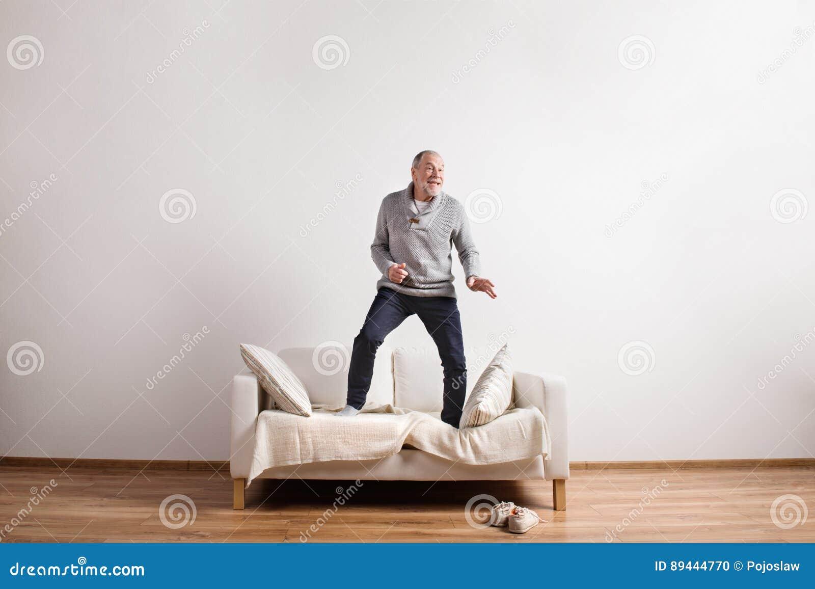 Όμορφο ανώτερο άτομο που στέκεται στον καναπέ, χορός όμορφες νεολαίες γυναικών στούντιο ζευγών χορεύοντας καλυμμένες