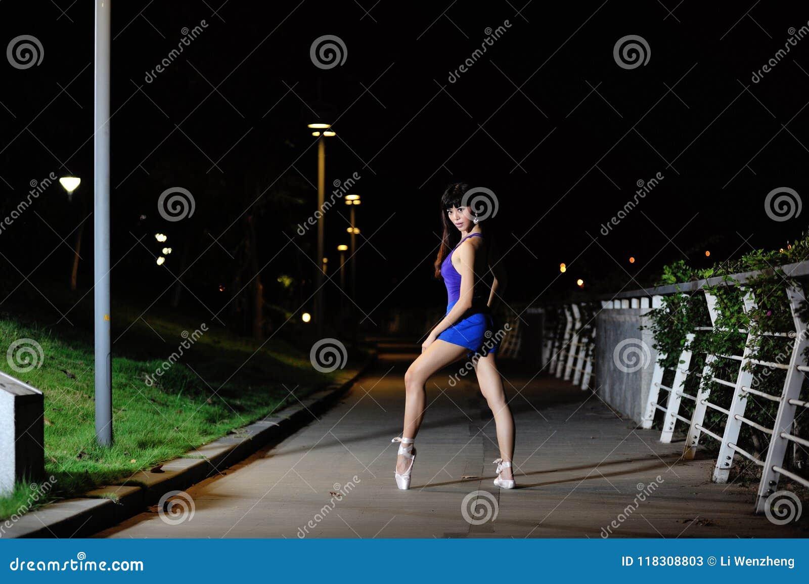 Όμορφο ασιατικό μπαλέτο χορού κοριτσιών στη νύχτα