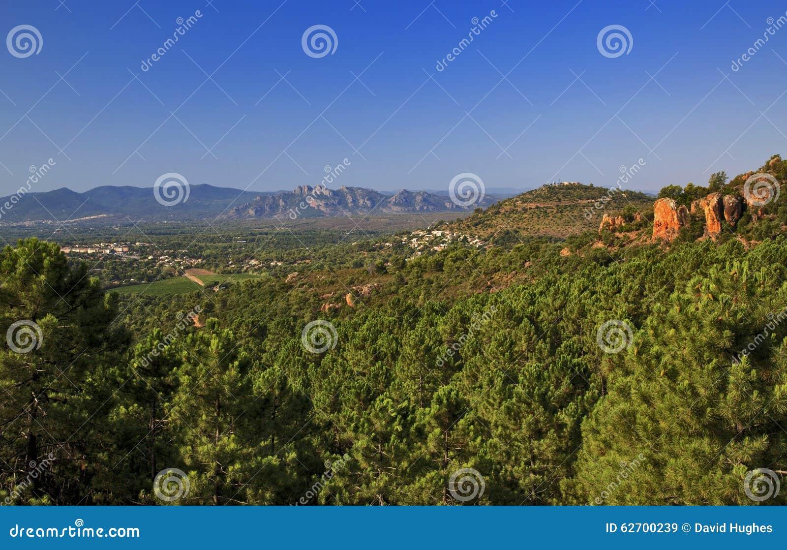 Όμορφο δασικό, δύσκολο και ορεινό τοπίο του VAR