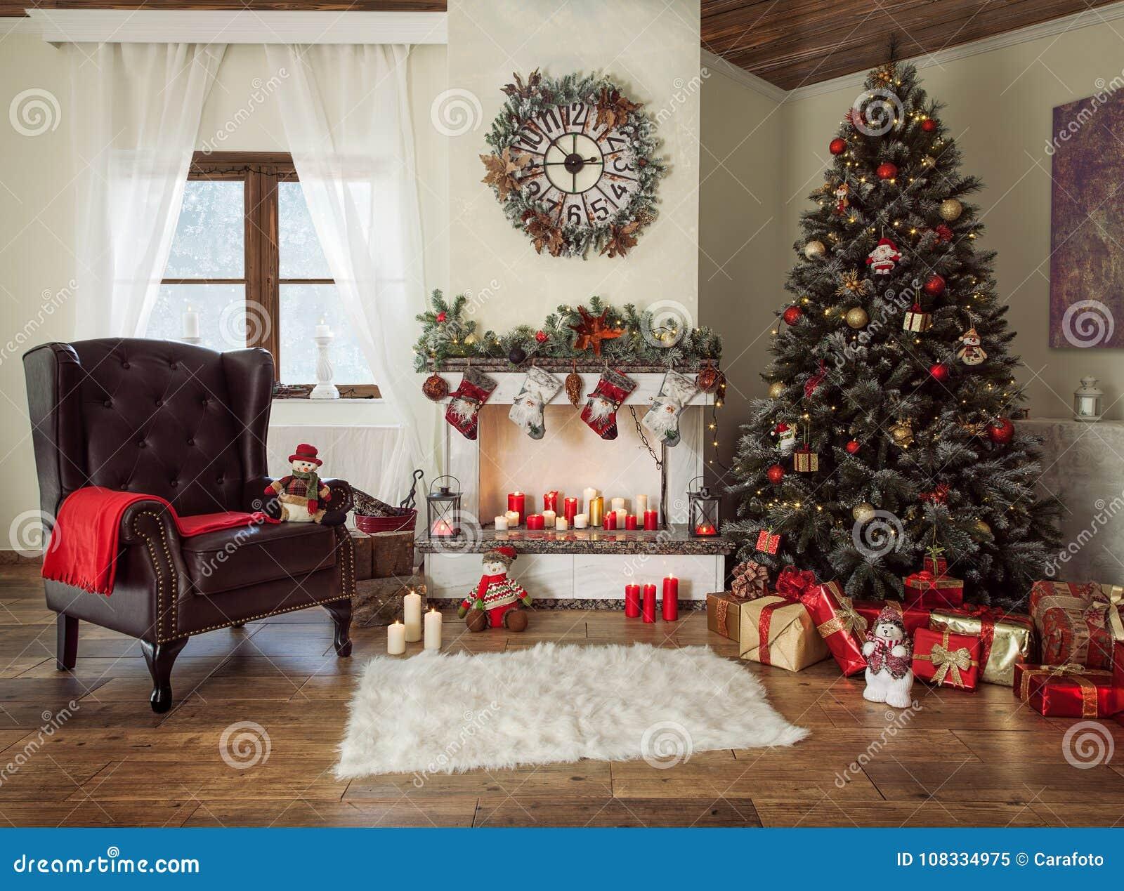 Όμορφο διακοσμημένο καθιστικό με ένα χριστουγεννιάτικο δέντρο και μια θέση πυρκαγιάς