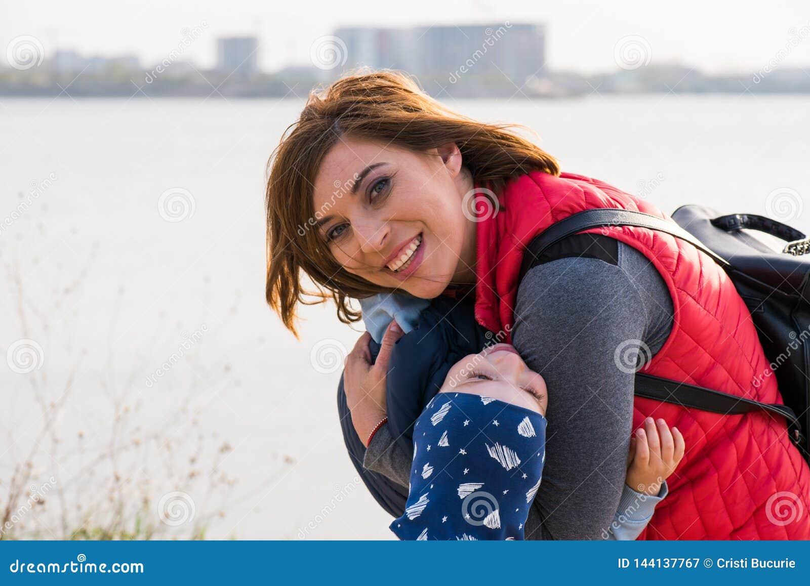 Ευτυχής αγαπώντας οικογένεια παιχνίδι μητέρων και παιδιών