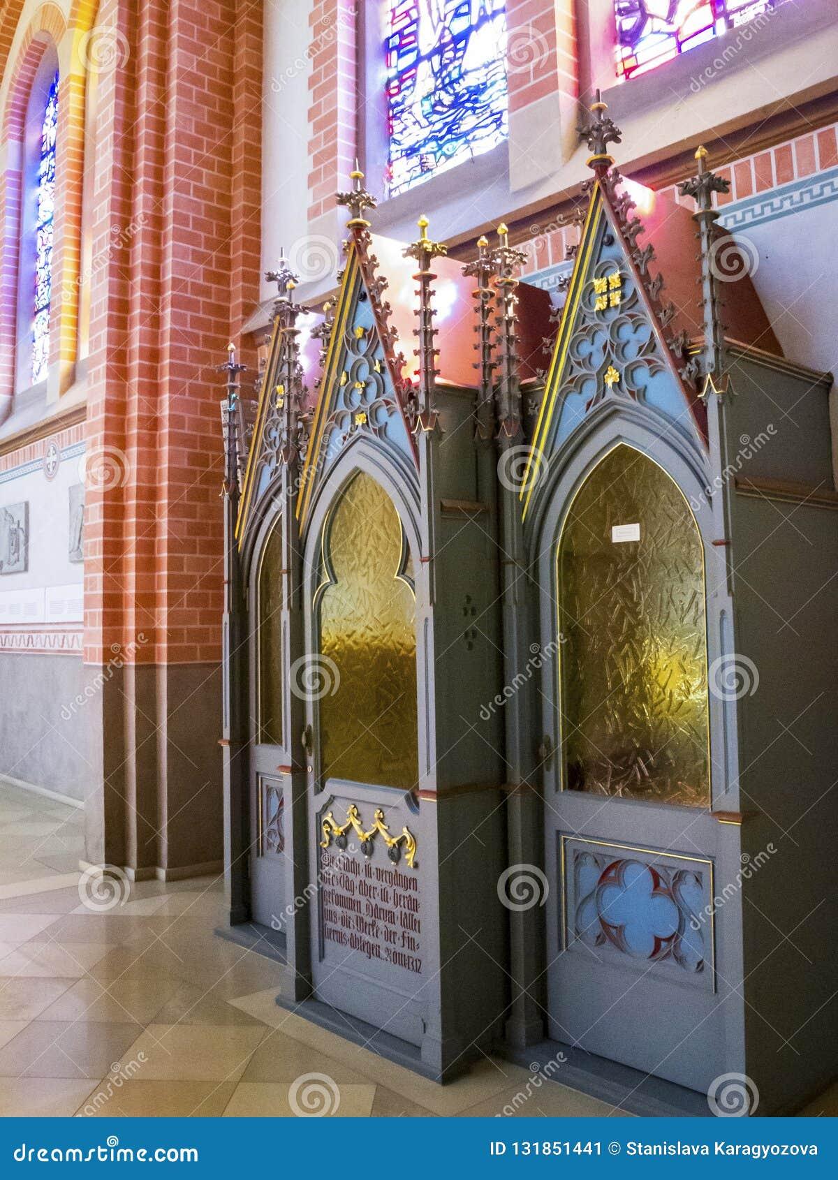 Όμορφο εσωτερικό της εκκλησίας κοινοτήτων herz-Jesu σε Bregenz Αυστρία, ένας εξομολογητικός