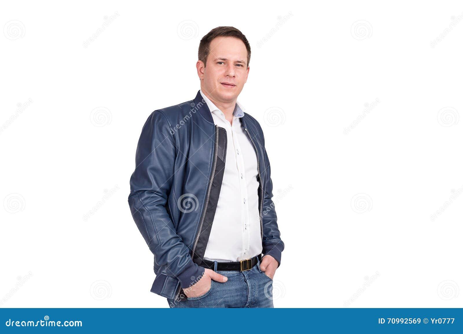 08b46101d758 Όμορφο ευρωπαϊκό άτομο στο άσπρο πουκάμισο