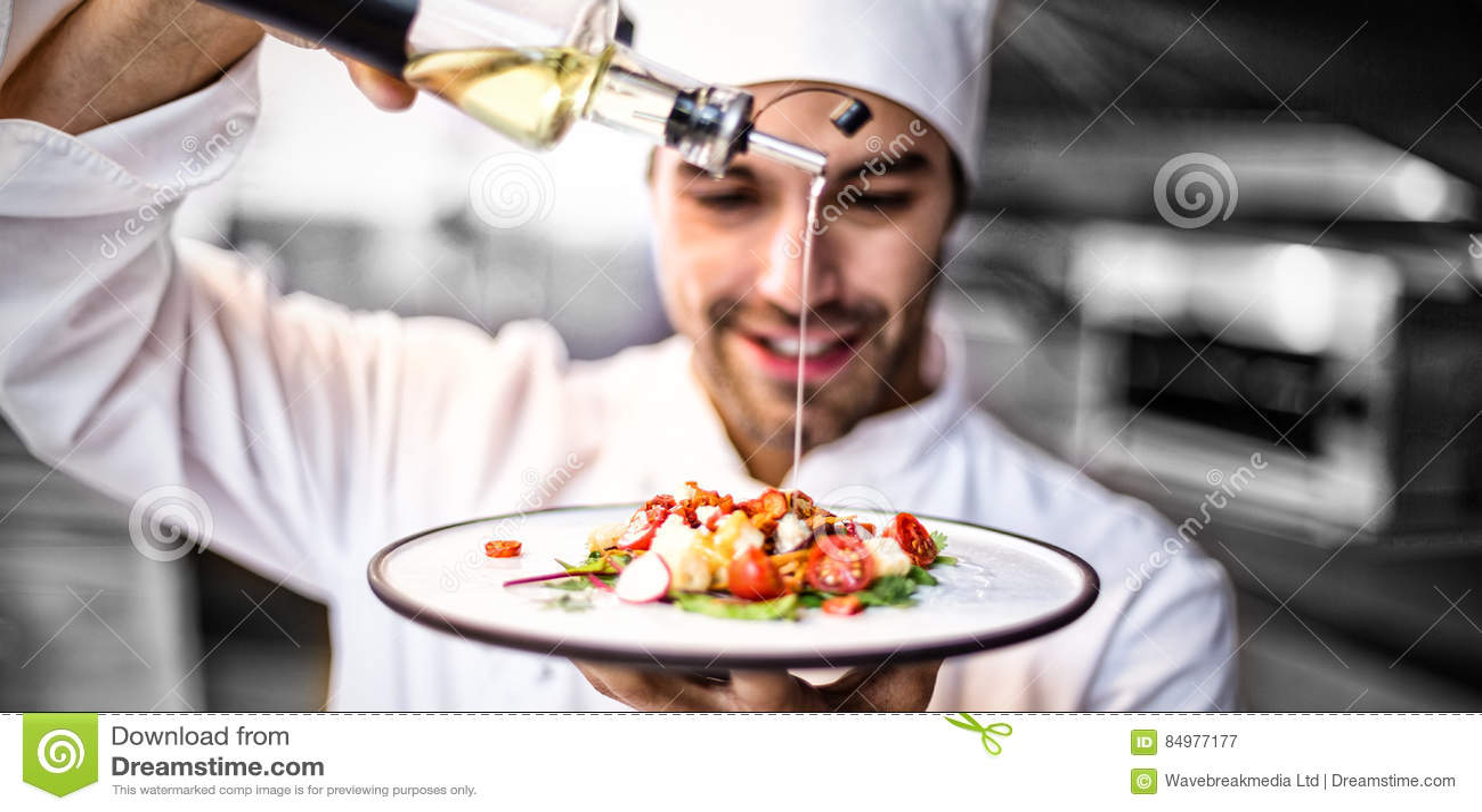 Όμορφο ελαιόλαδο αρχιμαγείρων χύνοντας στο γεύμα