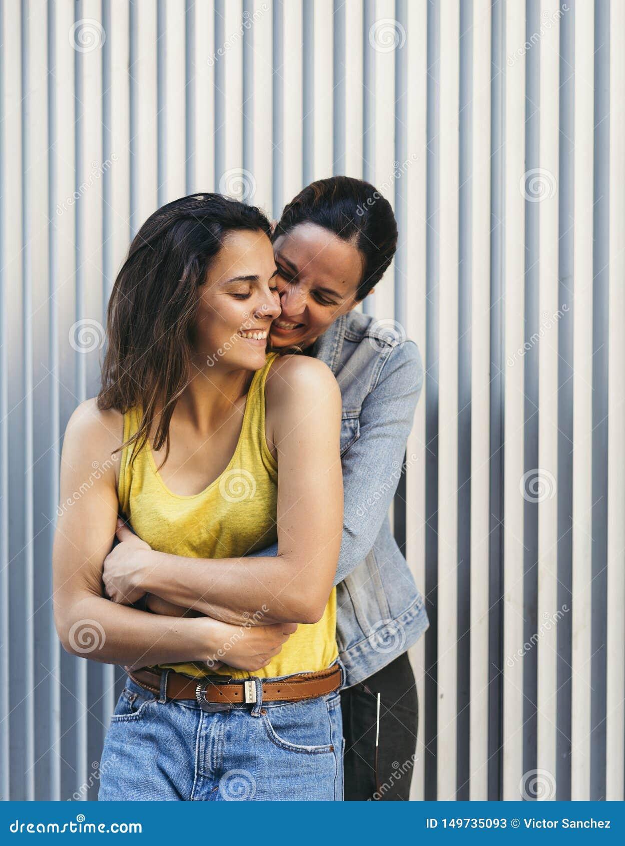 Όμορφο ζεύγος κοριτσιών που αγκαλιάζει το ένα το άλλο και το χαμόγελο, την αγάπη, την αγάπη και την ίδια έννοια σχέσης φύλων