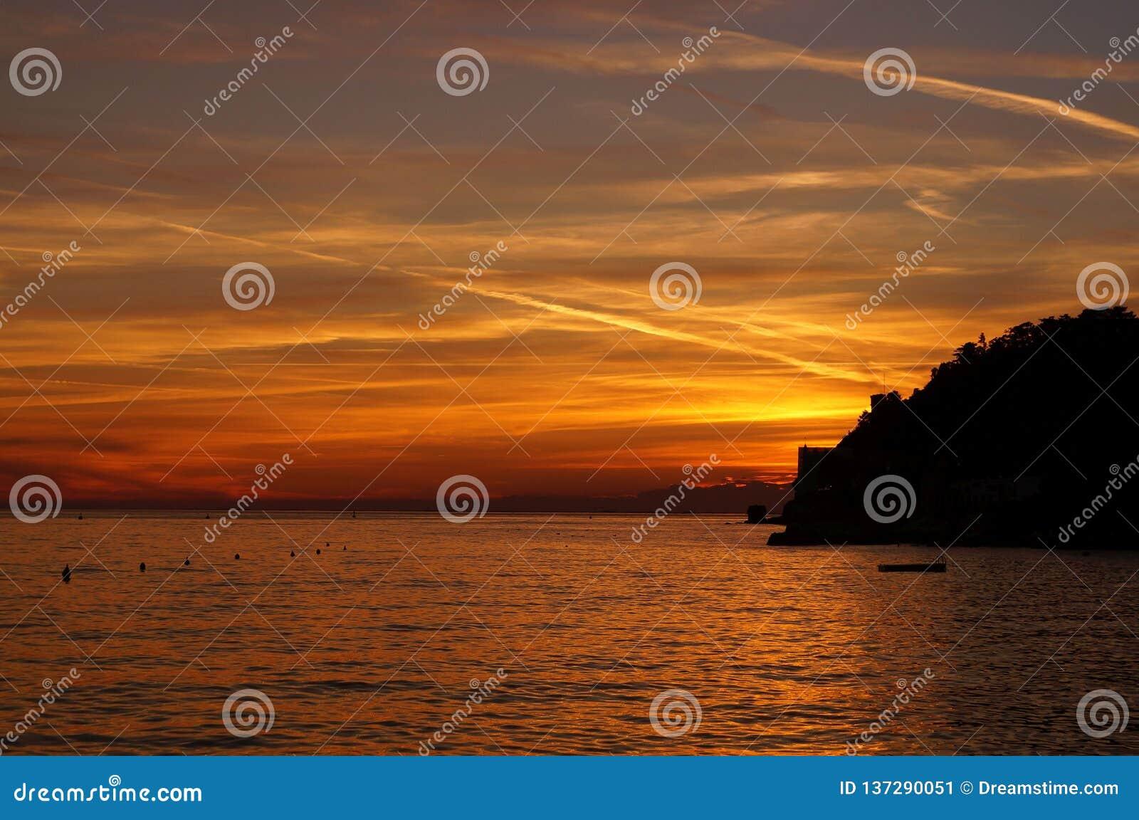 Όμορφο ηλιοβασίλεμα στην Τεργέστη, Ιταλία