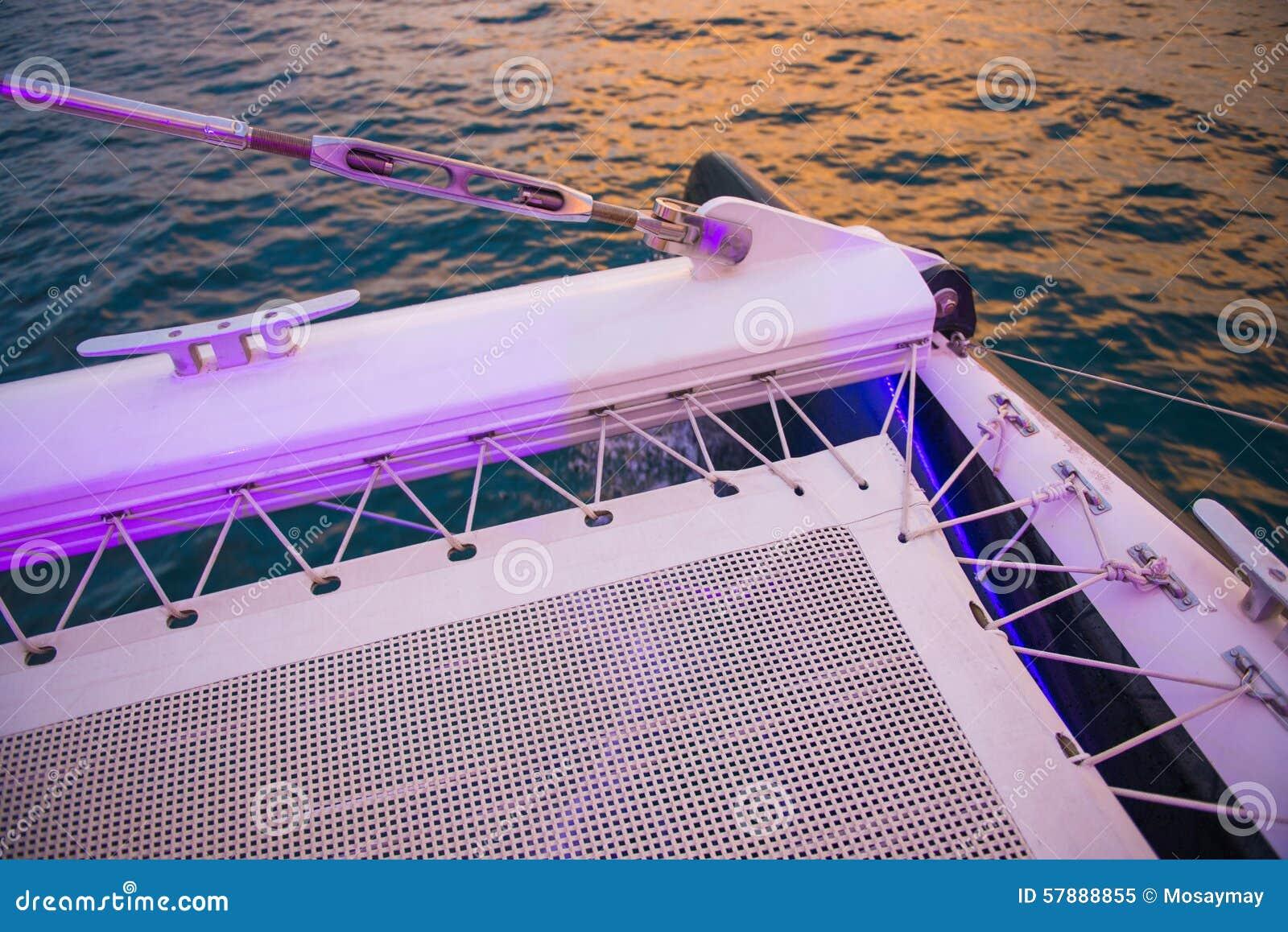 Όμορφο ηλιοβασίλεμα από τη βάρκα πολυτέλειας