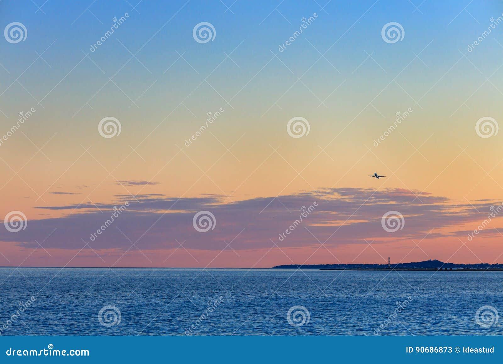 Όμορφο ηλιοβασίλεμα πέρα από τη Μεσόγειο