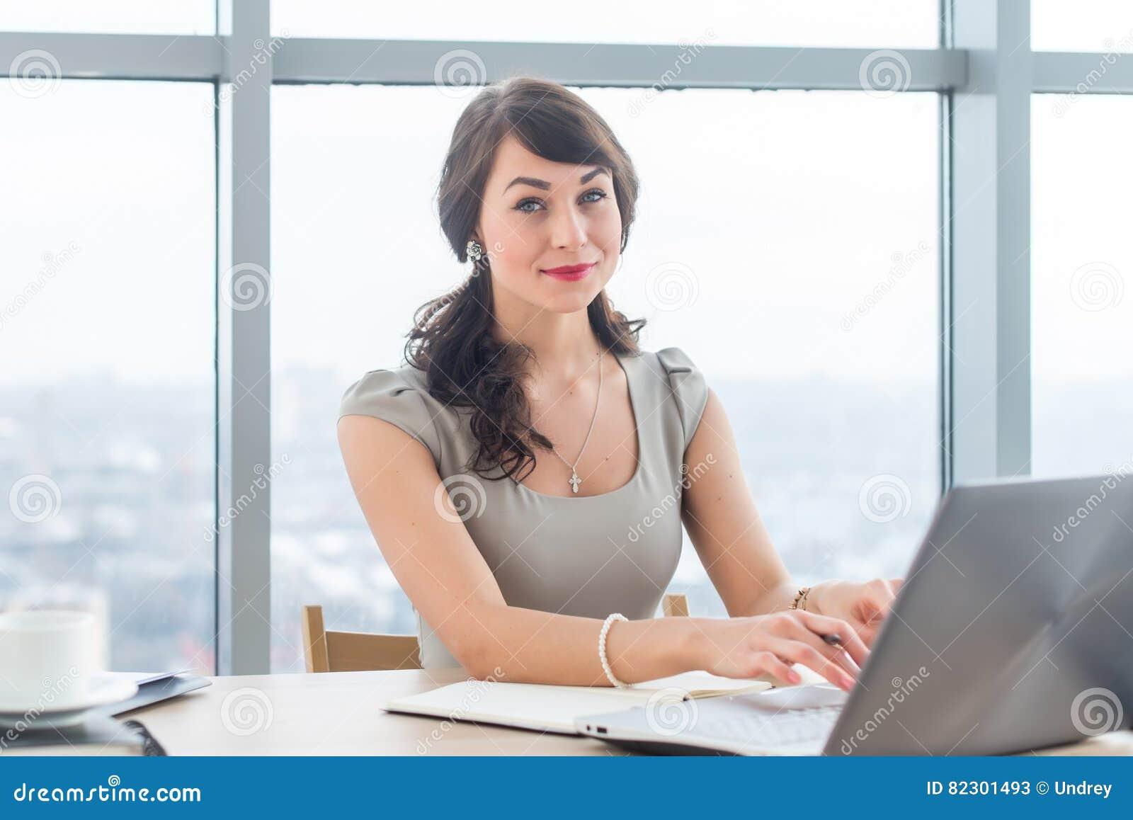 Όμορφο θηλυκό κάθισμα copywriter στην αρχή, δακτυλογραφώντας το νέο άρθρο, που λειτουργεί με το κείμενο, που χρησιμοποιεί το lap-