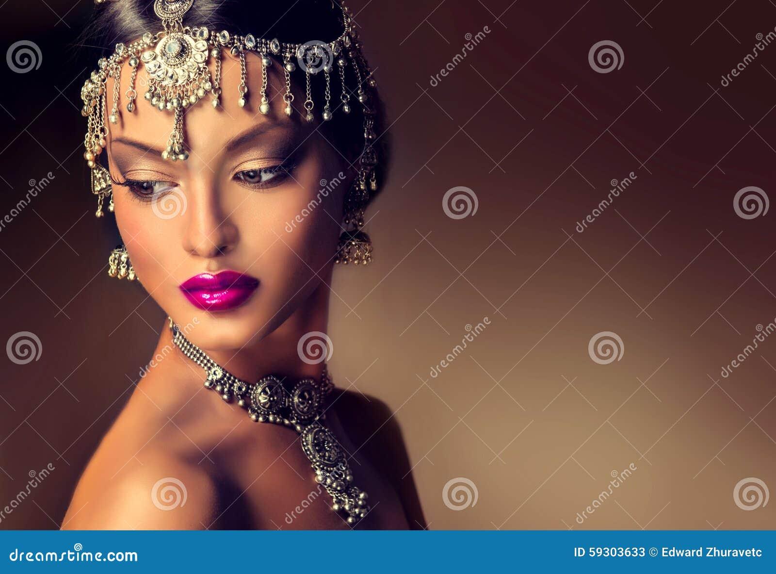 Όμορφο ινδικό πορτρέτο γυναικών με το κόσμημα