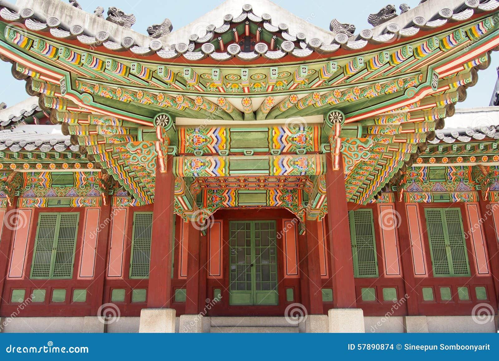 Όμορφο και ζωηρόχρωμο εξωτερικό του παραδοσιακού κορεατικού κτηρίου