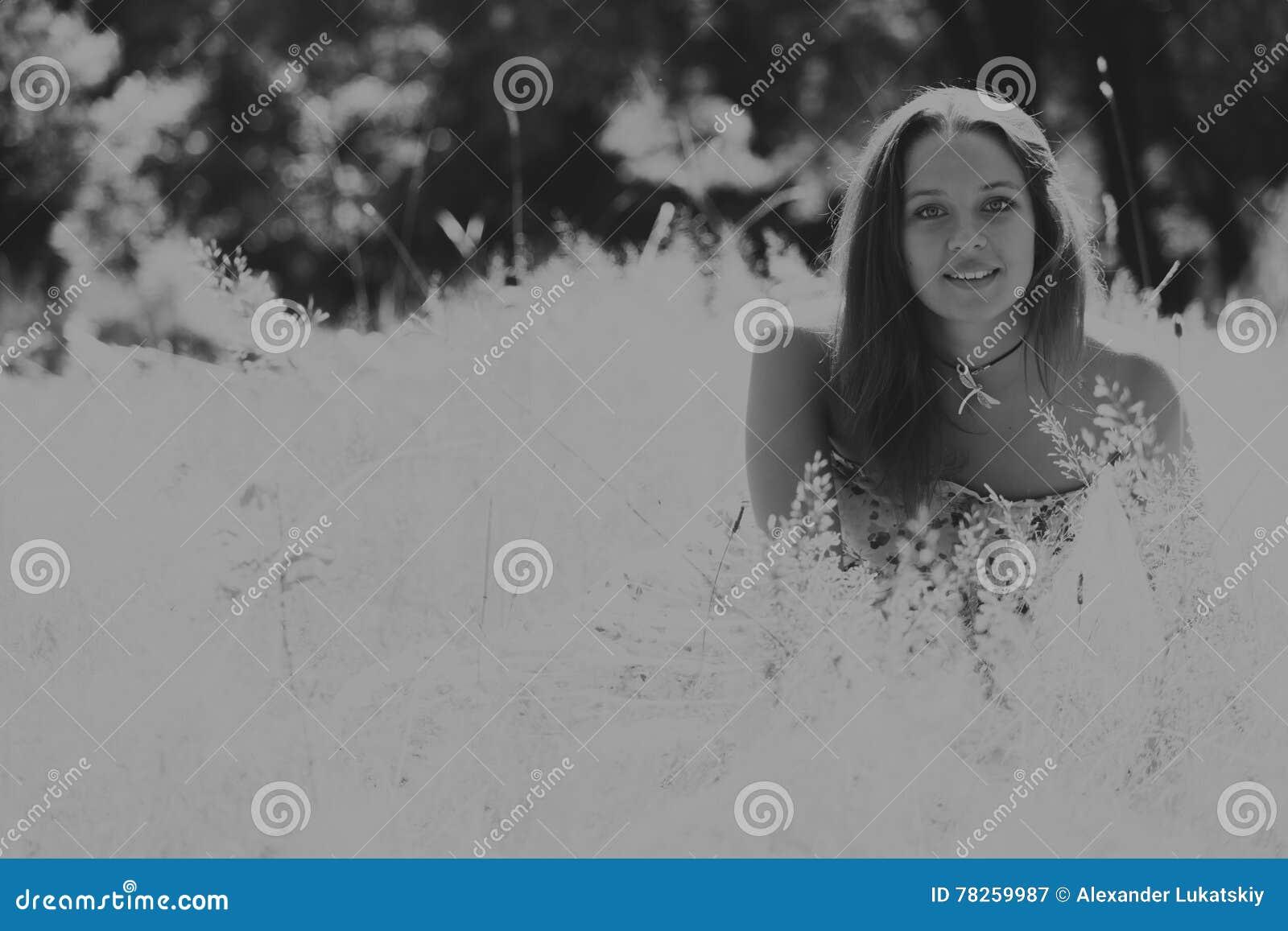 Όμορφο κορίτσι μεταξύ των τομέων λουλουδιών