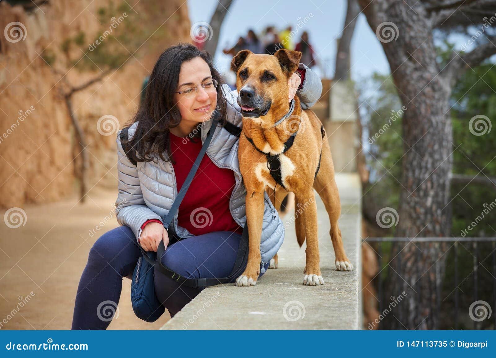 Όμορφο κορίτσι με ένα καφετί σκυλί