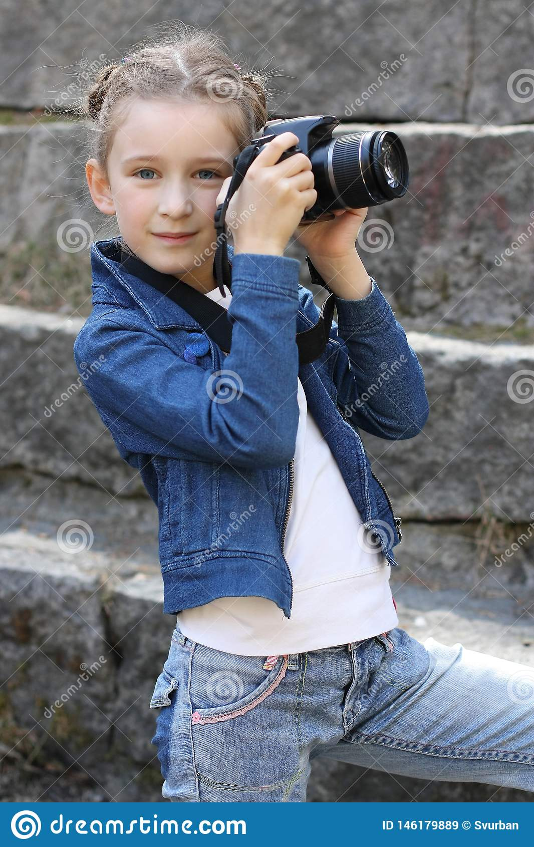 Όμορφο κορίτσι με τη κάμερα στο πάρκο