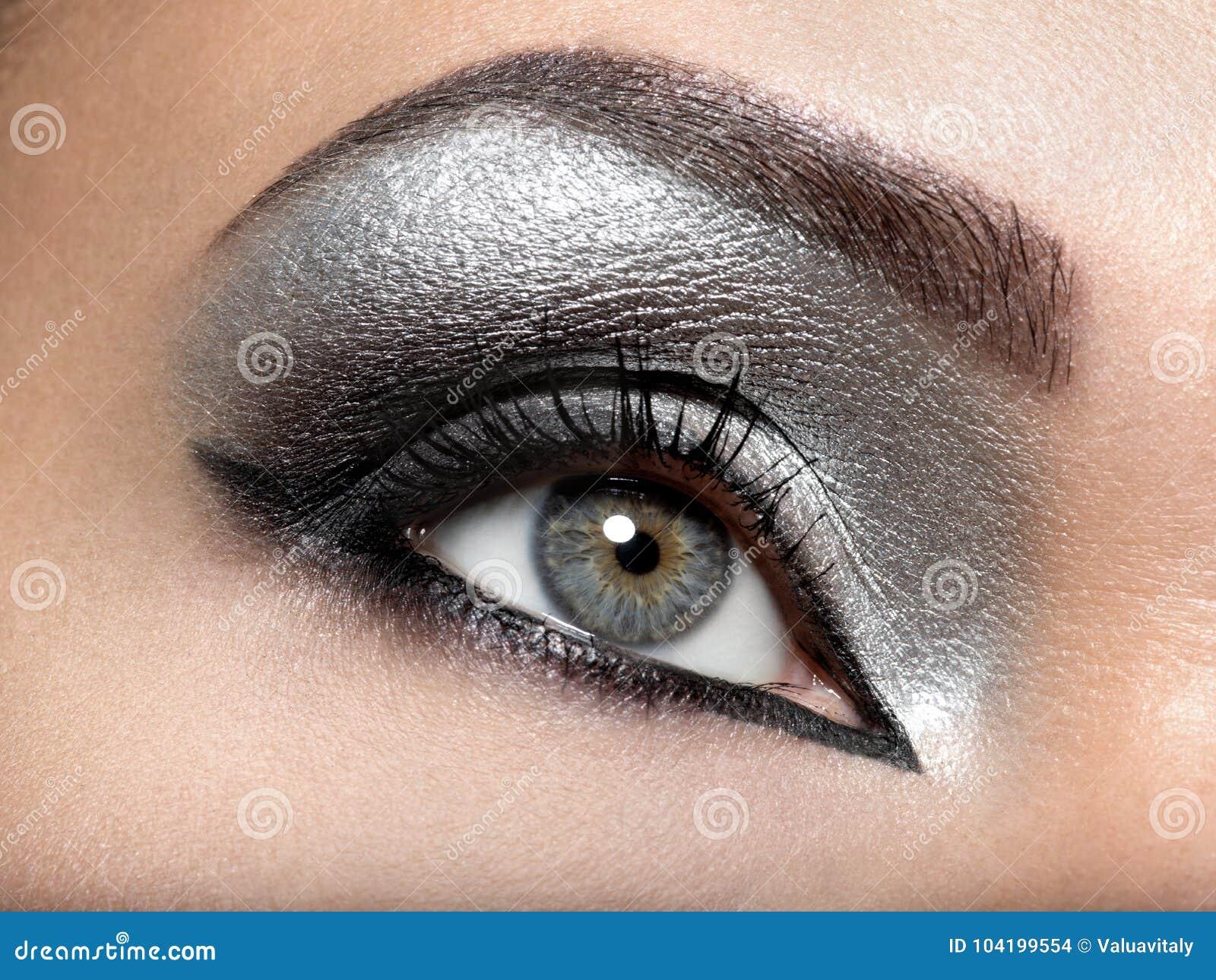 Όμορφο κορίτσι με το ασημένιο makeup των ματιών