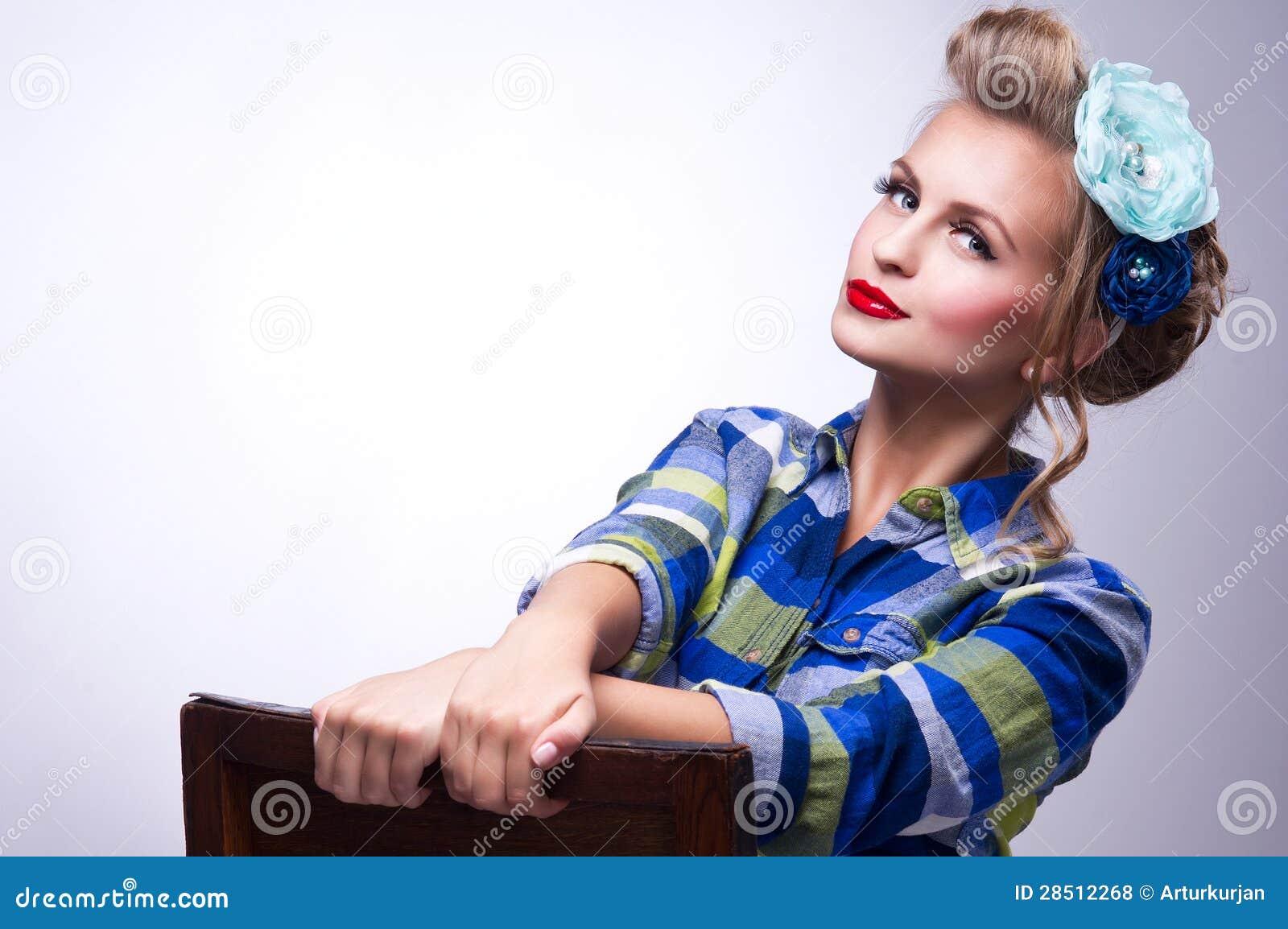 ac7b621a987 Όμορφη νέα γυναίκα με την καρφίτσα-επάνω σύνθεση και hairstyle την  τοποθέτηση