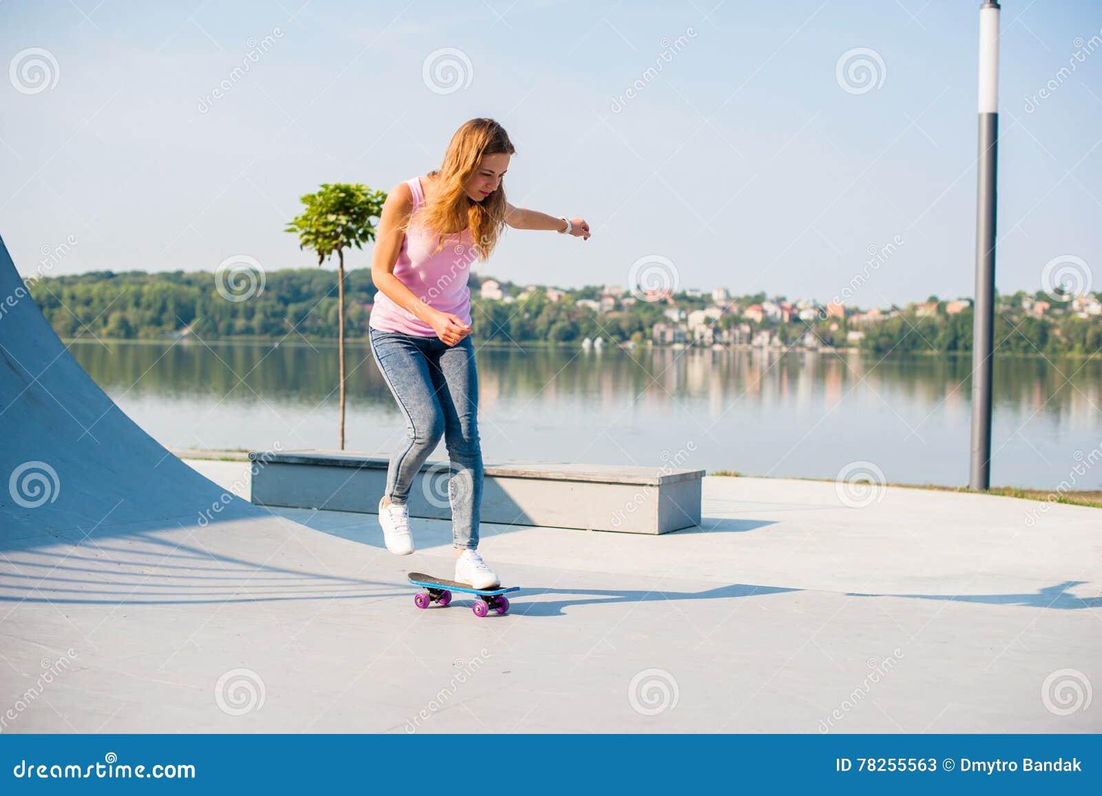 Όμορφο κορίτσι με skateboard