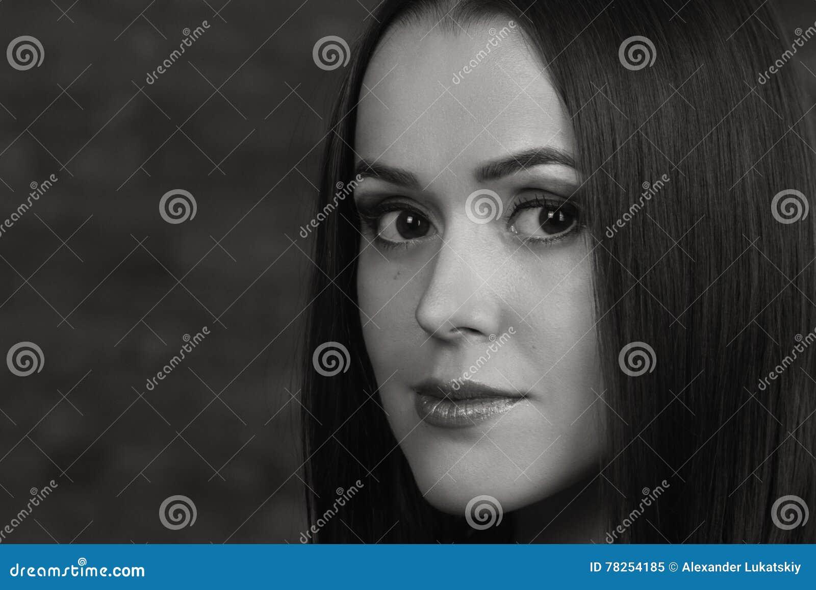 Όμορφο κορίτσι σε μια σκοτεινή ανασκόπηση