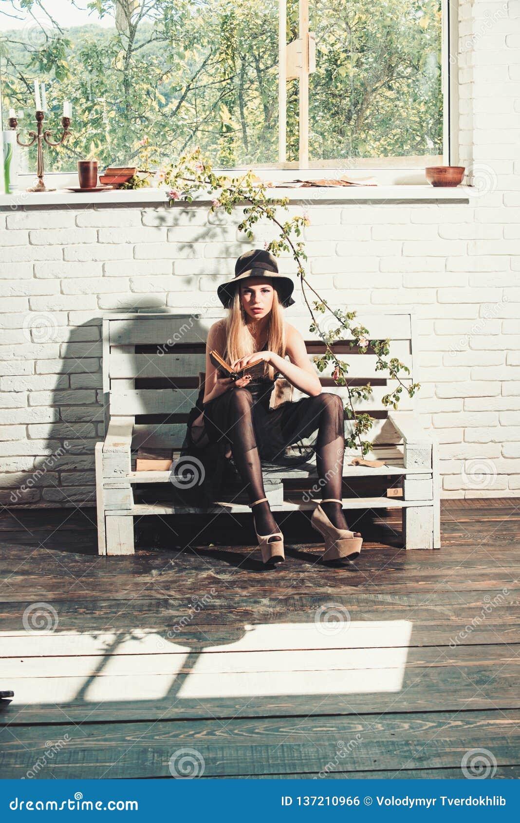 Όμορφο κορίτσι στο μαύρο φόρεμα και το αναδρομικό καπέλο Βιβλίο ποίησης στο ρομαντικό συγγραφέα Διαβασμένο πρότυπο βιβλίο γυναικώ