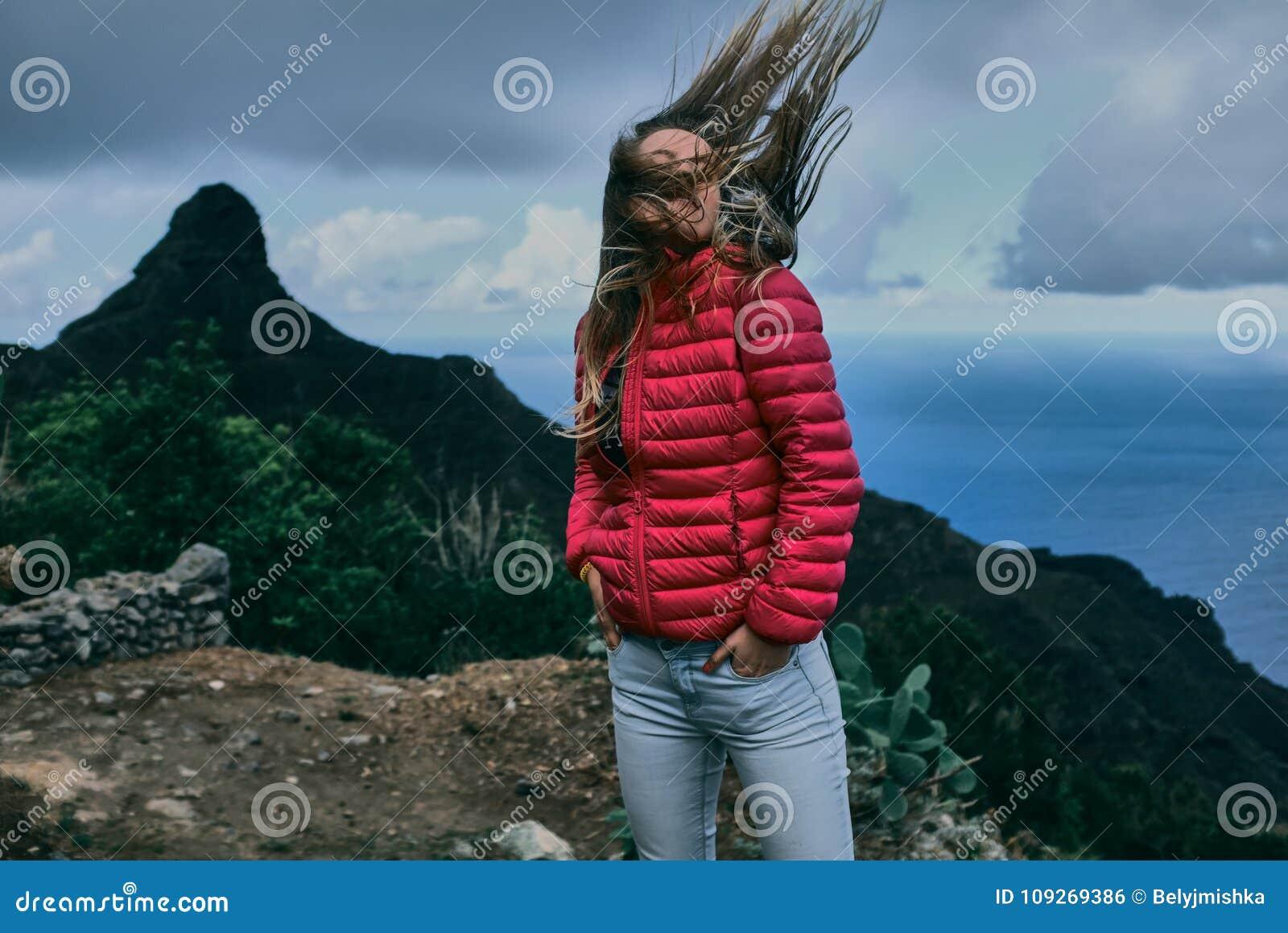 Όμορφο κορίτσι του υποβάθρου του τοπίου βουνών