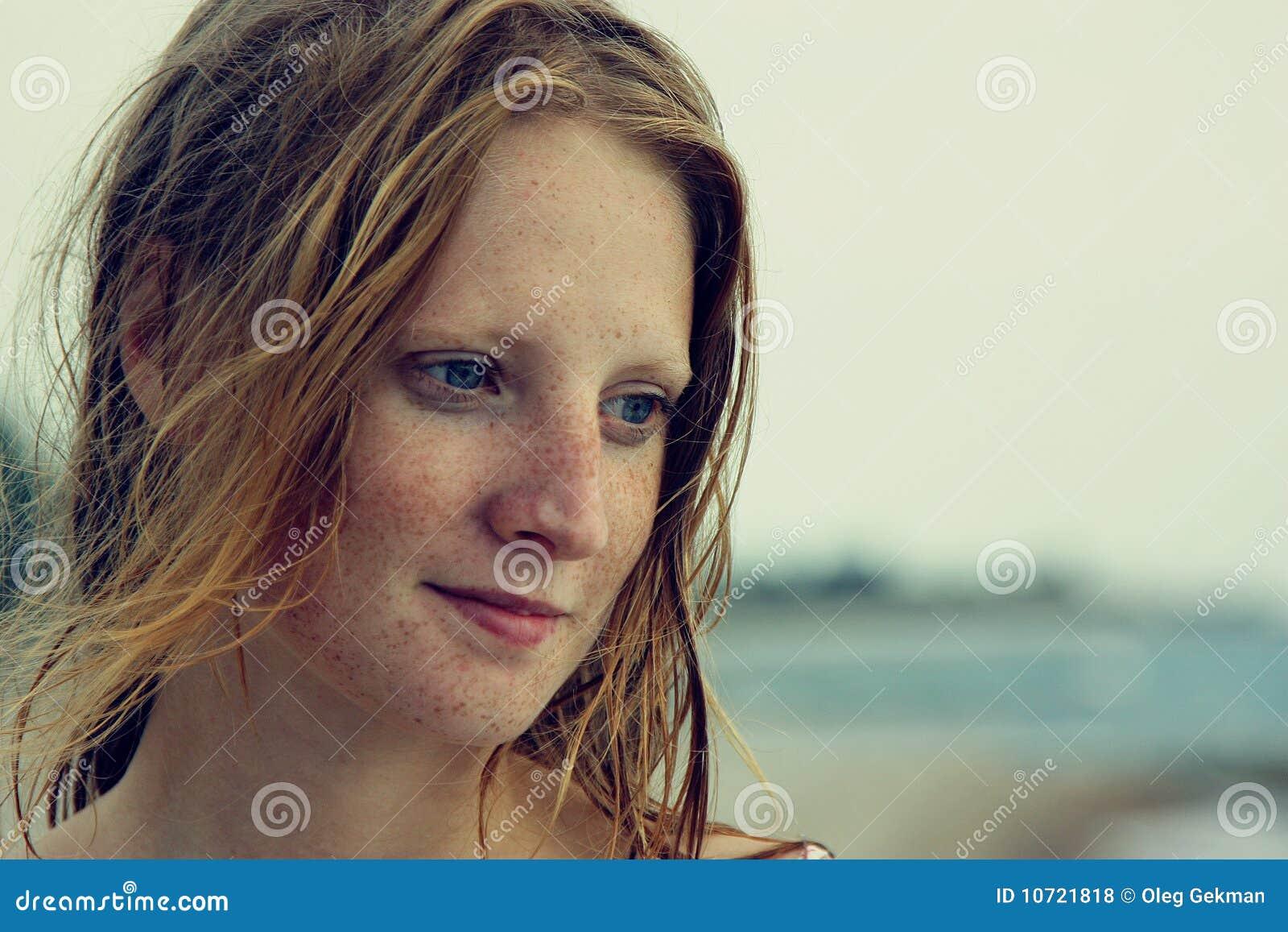όμορφο κορίτσι φακίδων